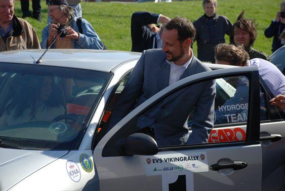 Kronprisen entrer Ford Focus hydrogenbil under åpning av StatoilHydros hydrogenstasjon på Økern i Oslo 110509.
