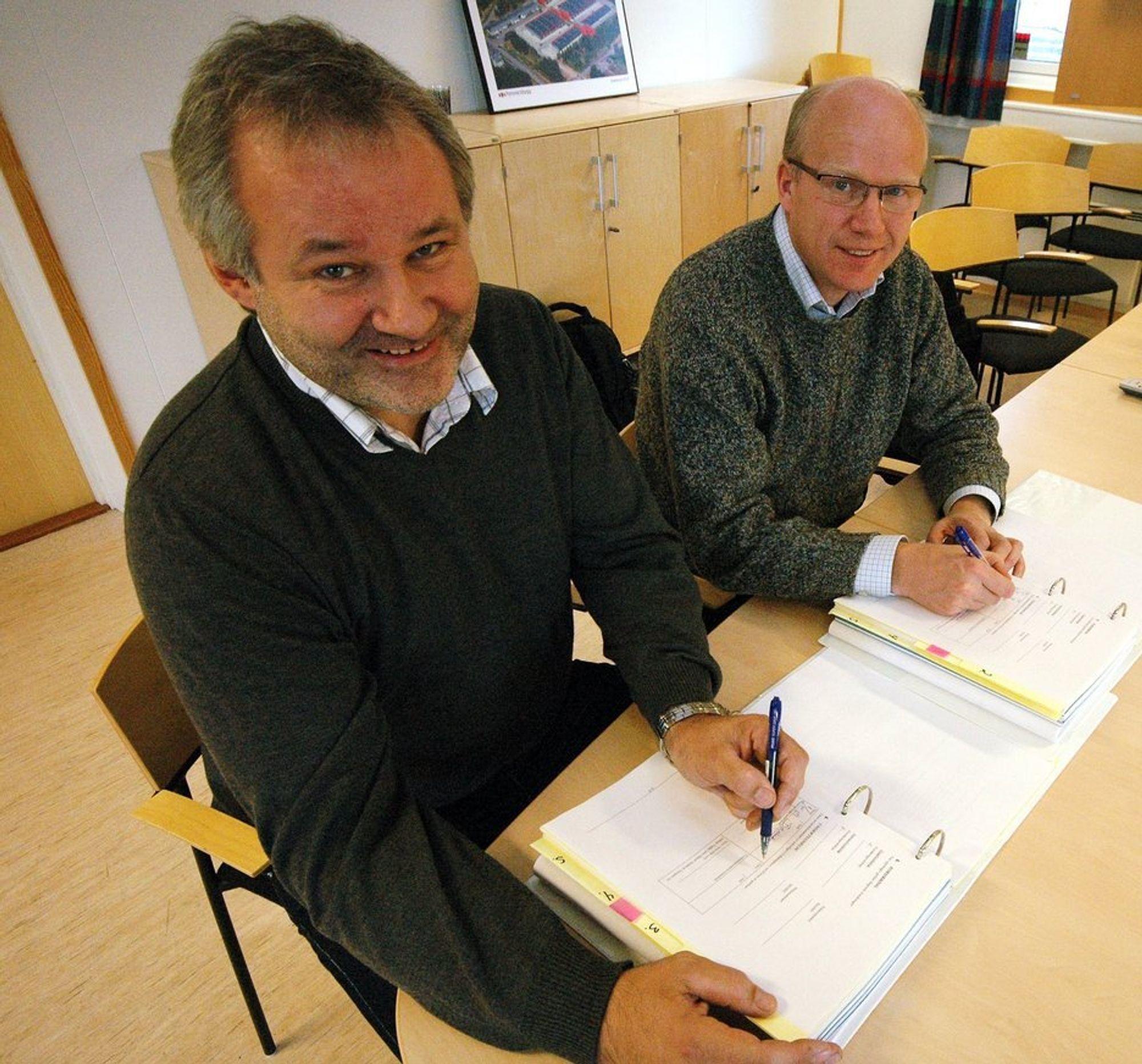 STØRSTE: Daglig leder Svein-Erik Løvli i Målselv Maskin (t.v.) underskriver firmaets største kontrakt til nå med sjef Forsvarsbygg Utvikling nord, Hårek Elvenes.