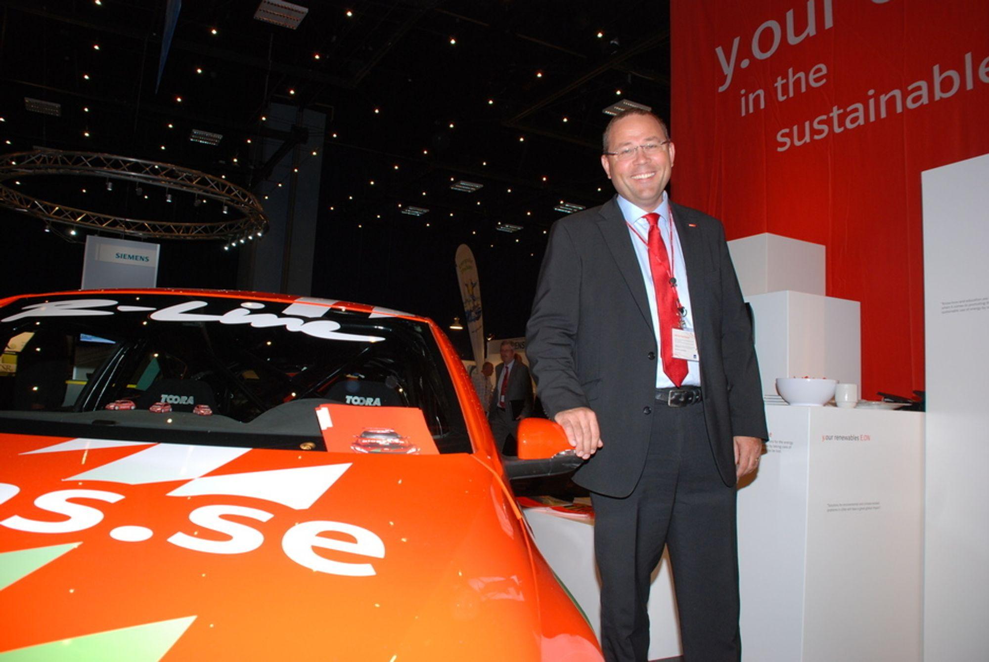 SATSER PÅ BIOGASS: - Jeg ser ut som en bilselger, smiler Håkan Buskhe i E.On Nordic ved siden av selskapets gassdrevne VW Scirocco. Metangass skal bli big business for E.On-sjefen framover. I teorien kan 7 av 9 svenske biler drives på biogass, tror Buskhe.
