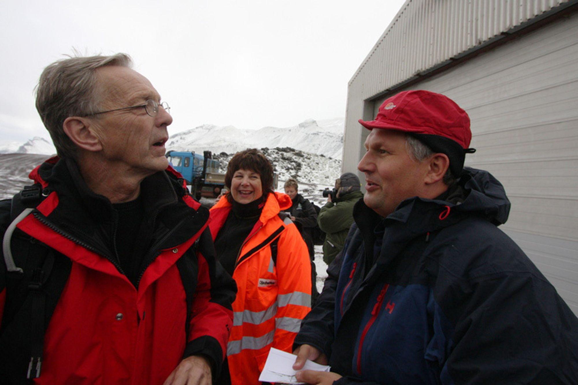 Olje- og energiminister Terje Riis-Johansen må tåle sterk kritikk fra OLF-leder Per Terje Vold for beslutningen om oljeletingen utenfor Jan Mayen. I bakgrunnen oljedirektør Bente Nyland.