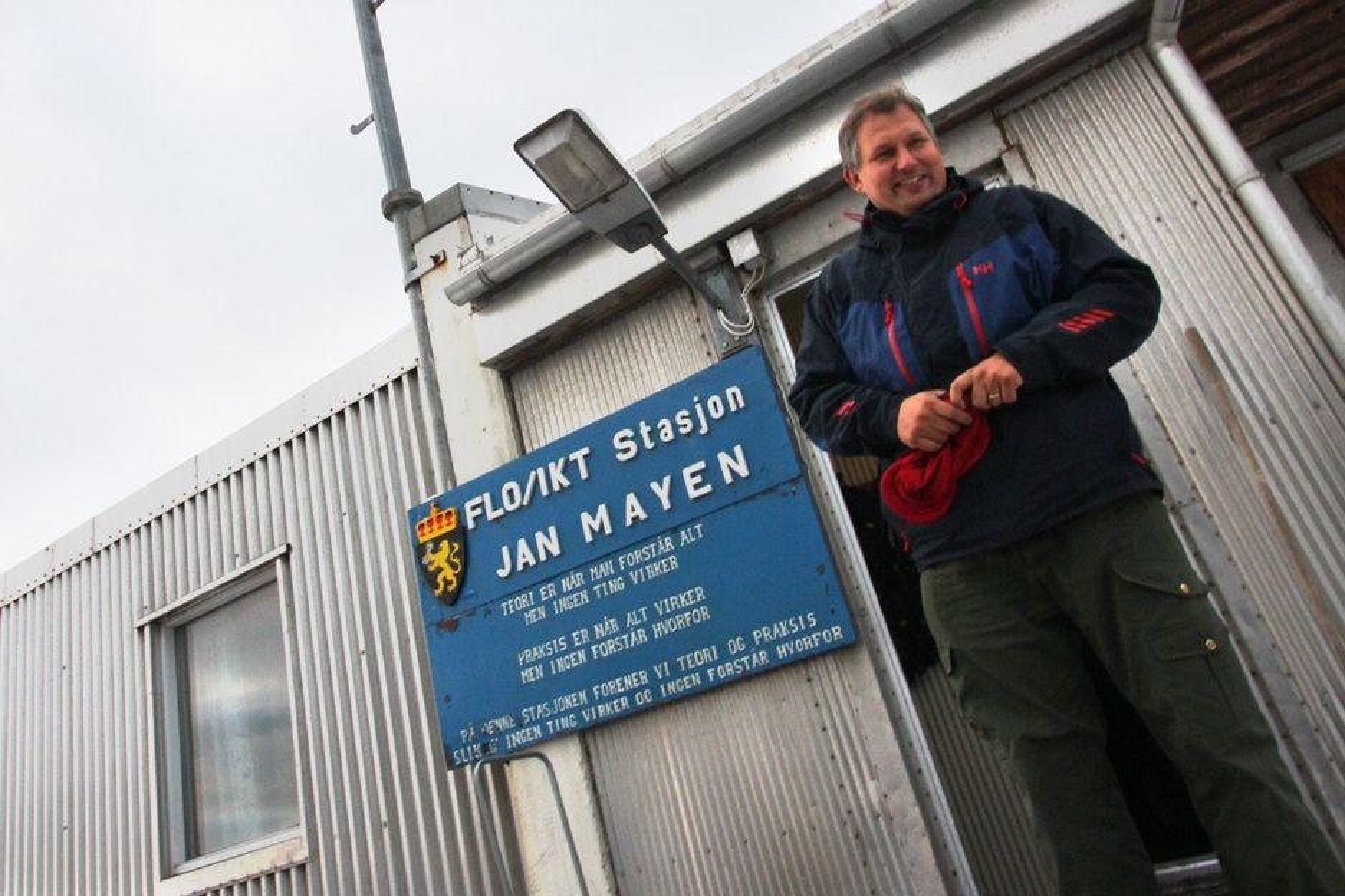 PÅ JAN MAYEN: Her er Terje Riis-Johansen på Jan Mayen. Nå skal det skytes mer seismikk i havområdene utenfor, samt i Barentshavet. Kostnad: 180 millioner kroner.