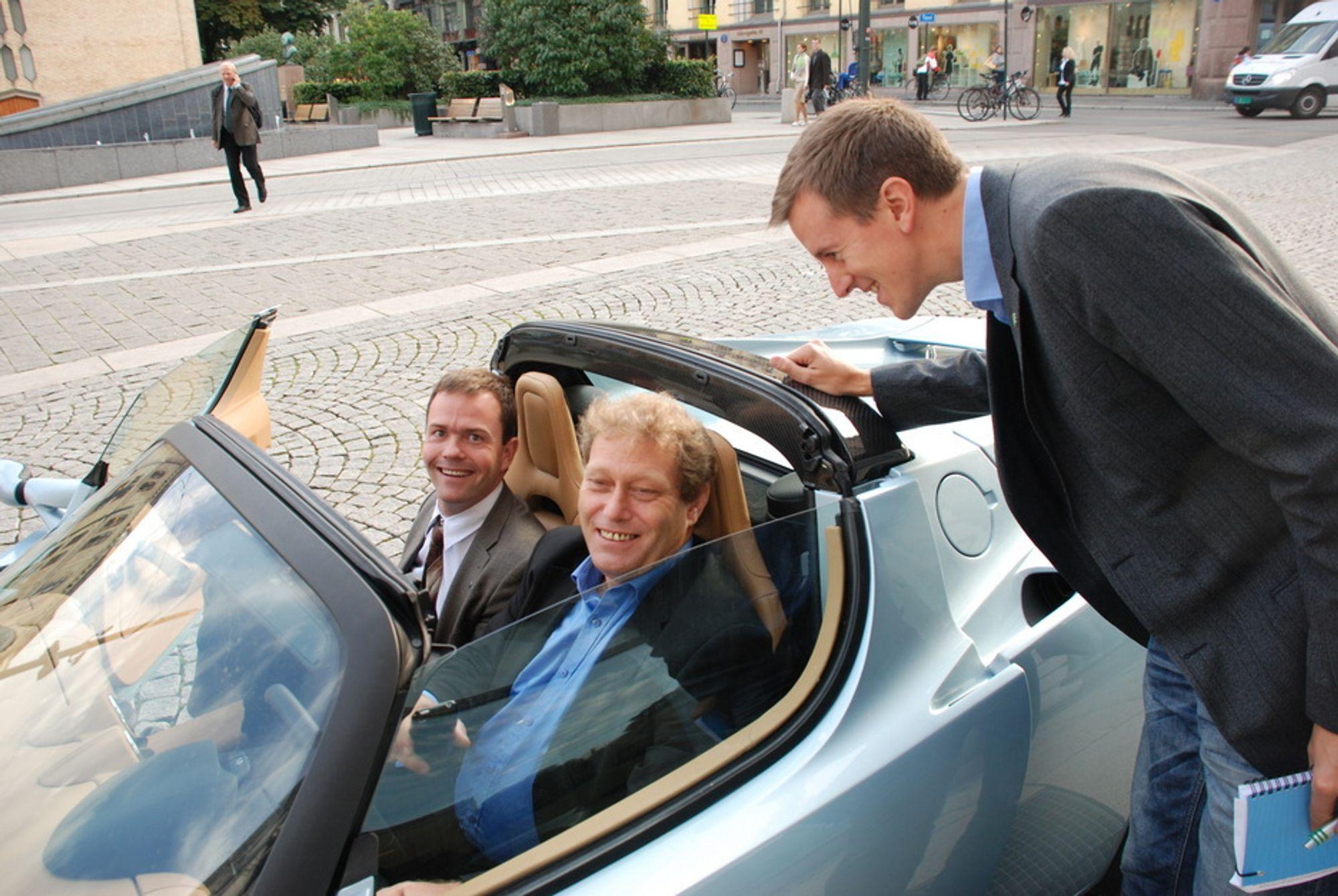 MORO: Frederic Hauge og Marius Holm i den elektriske Tesla Roadster som Bellona skaffet seg. Nå har de gått hver sin vei.