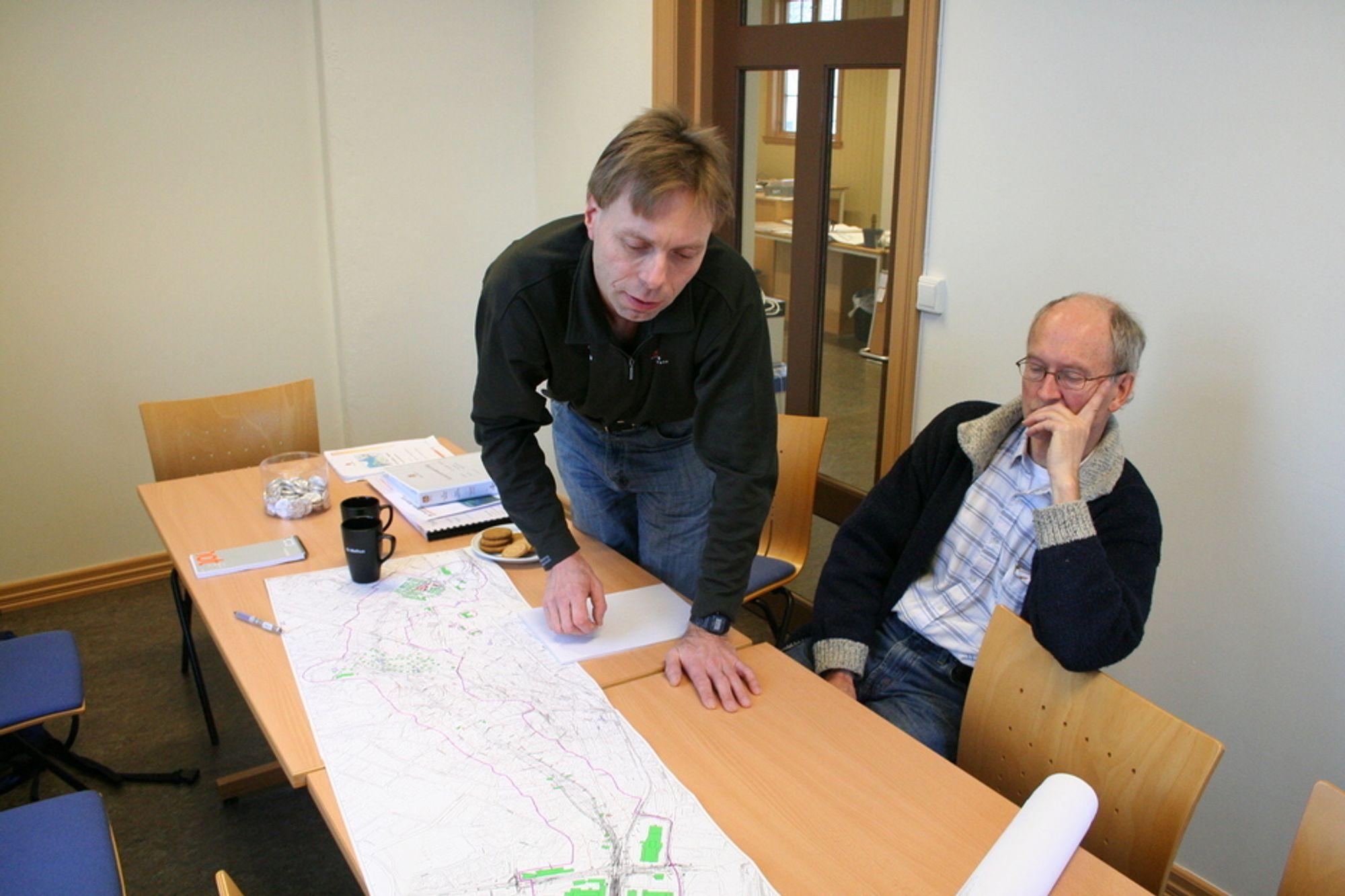 GOD RESPONS: Harald Inge Johnsen (t.v.) er godt fornøyd med responsen fra entreprenører på veiarbeidet Vegvesenet har lagt ut på anbud på E6 mellom Trondheim og Stjørdal. Geolog Svein Hove til høyre.
