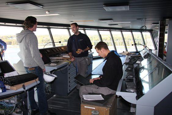 BROKONTROLL: Alt moderne utstyr som kan tenkes er på plass på broa på Oasis of the Seas. De siste kontroller av utstyr utføres.