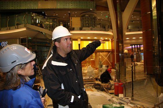 TURISTSJEF: Cruise director og ansvarlig for all underholdning om bord på Oasis of the Seas, Ken Rush, inspiserer interiørarbeidet sammen med PR-sjef Elisabetta Raffo i RCL.