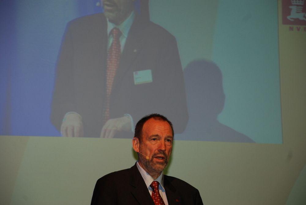 SER INN I GLASSKULA: NVE-direktør Agnar Aas lurer på om Norge kommer i mål med sine klimamål og planer for nettutbygging og fornybar energi innen 2020.