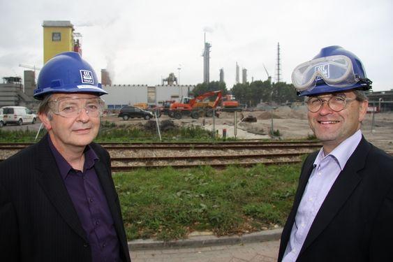 FORNØYDE: Produksjonssjef Rik Lambotte (til venstre) og Sluiskil-sjefen Mark van Hijfte ser frem mot byggestart av Urea 7. ¿ Investeringen var helt nødvendig, sier van Hijfte. I bakgrunnen den gamle Urea 6.