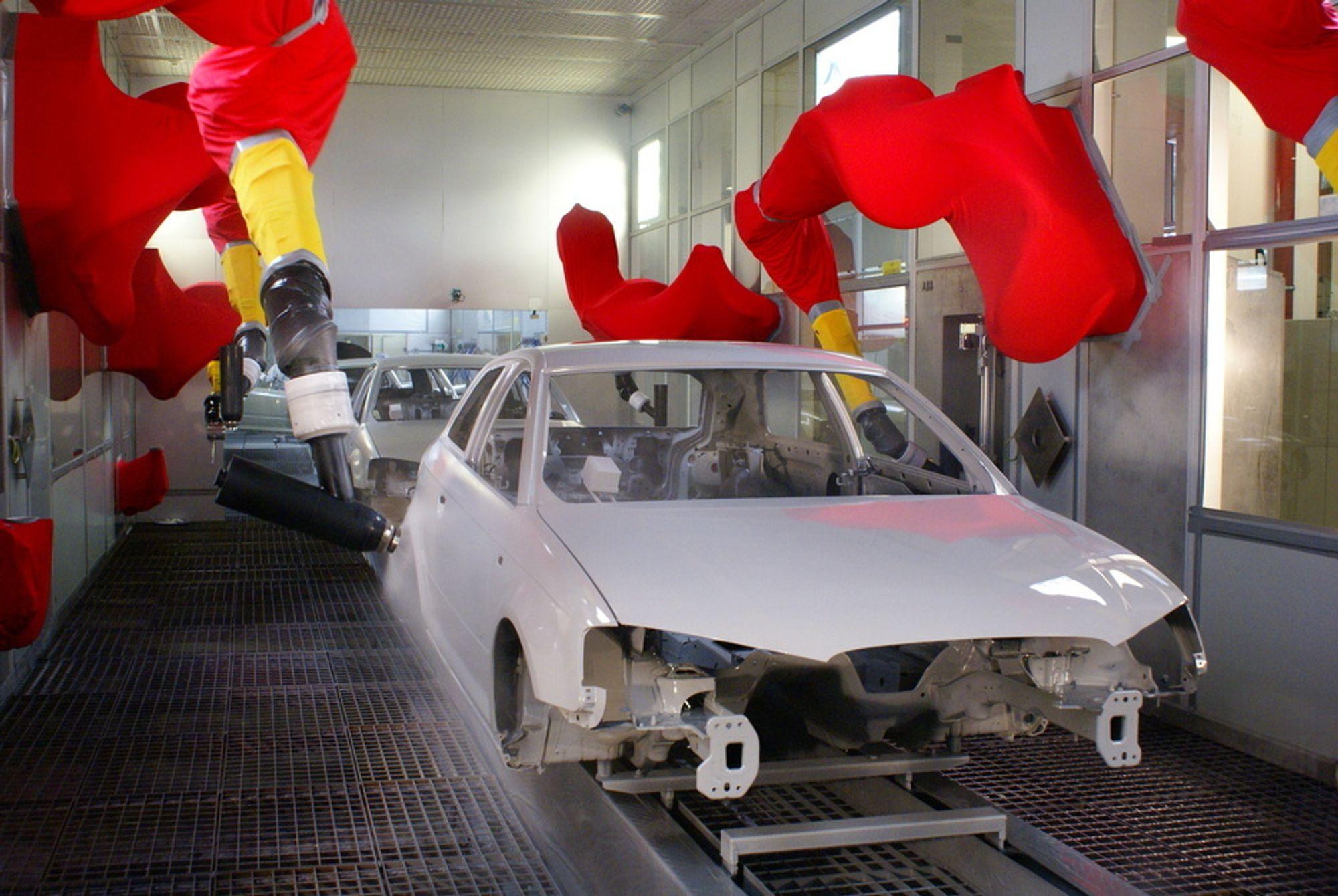 LAKKERING: ABBs lakkeringsroboter lakkerer alt fra biler og fly til iPoder og PCer. Her lakkeres en Audi i Tyskland med ABB's nye IRB 5500 lakkeringsrobot.