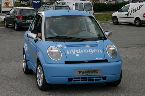 HYDROGEN OG STRØM: Thinks hybrid går naturlig nok på hydrogen og strøm. Bilen blir levert til noen av HyNors samarbeidspartnere neste år, men resten av oss må vente lenger. Samme modell i bensinversjon kan imidlertid kjøpes over nyttår.