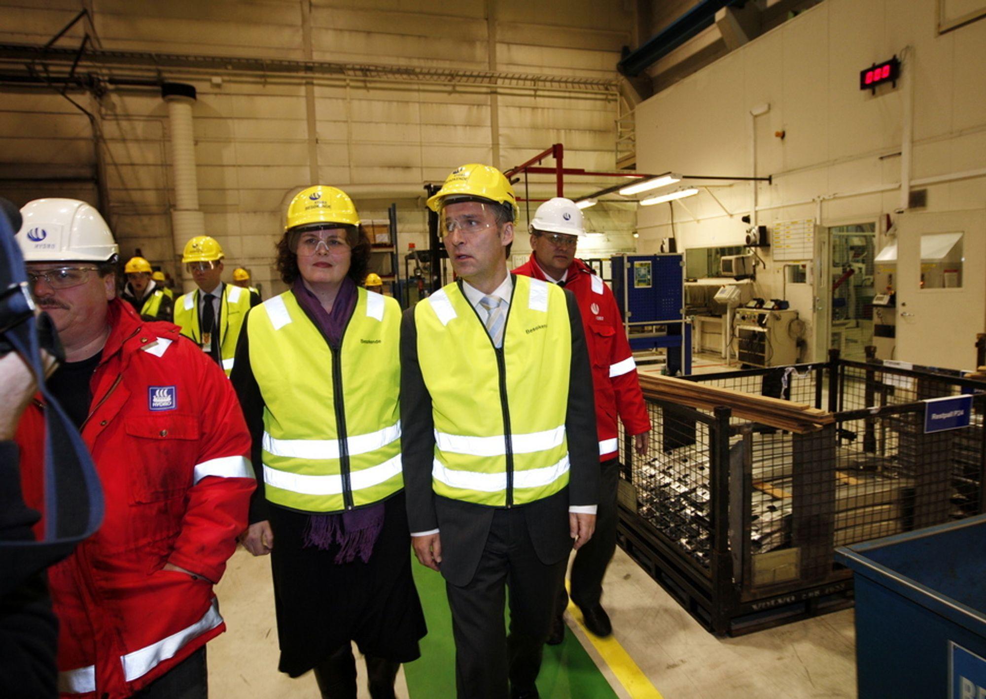 Daværende næringsminister Sylvia Brustad og statsminister Jens Stoltenberg besøkte Hydro på Raufoss i valgkampen. Nå er bedriften solgt.