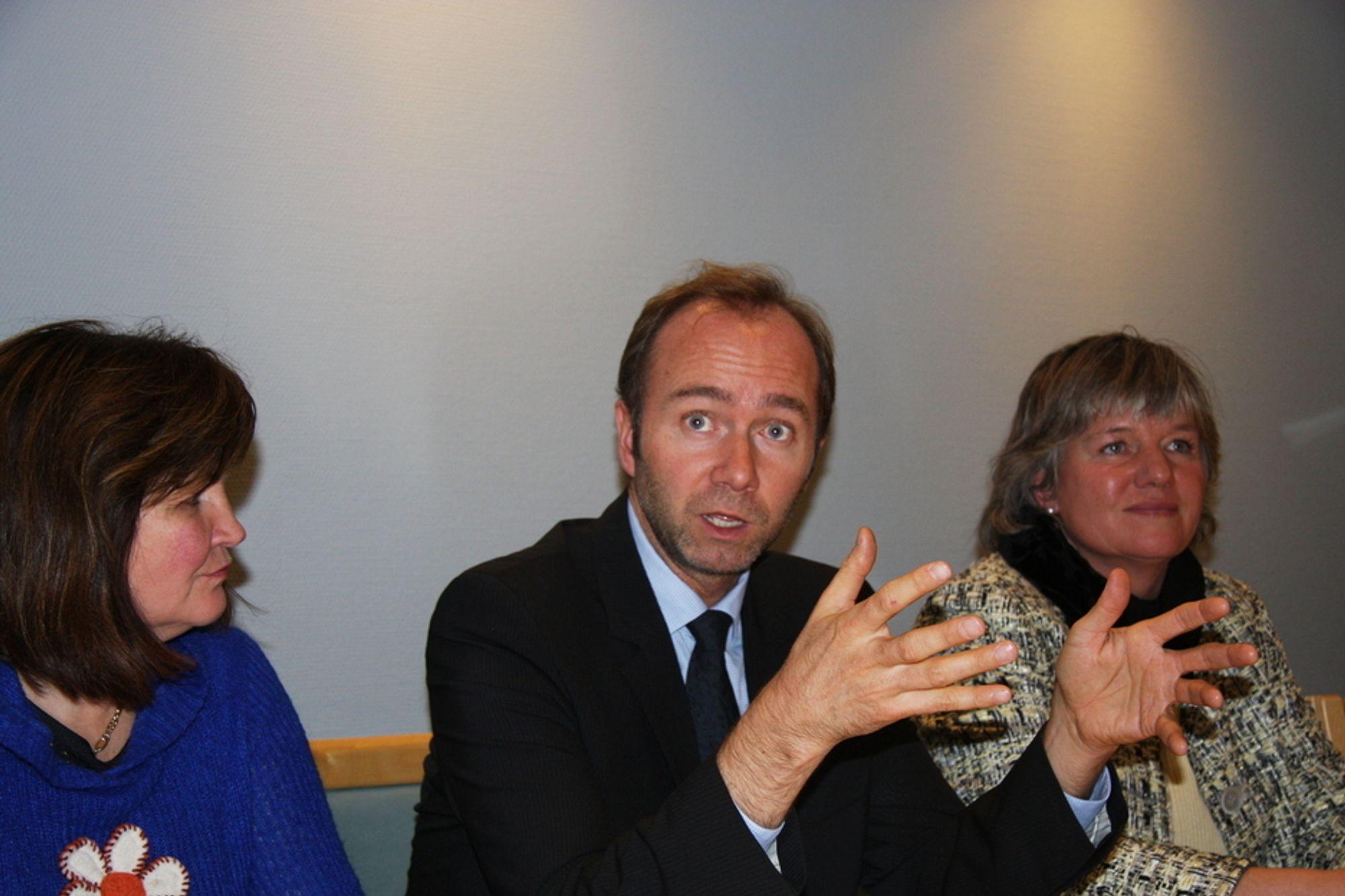 OM INDUSTRIEN: Næringsminister Trond Giske møtte Gunn Ovesen fra Innovasjon Norge (til v.) og Gisele Marchand fra Eksportfinans i dag.