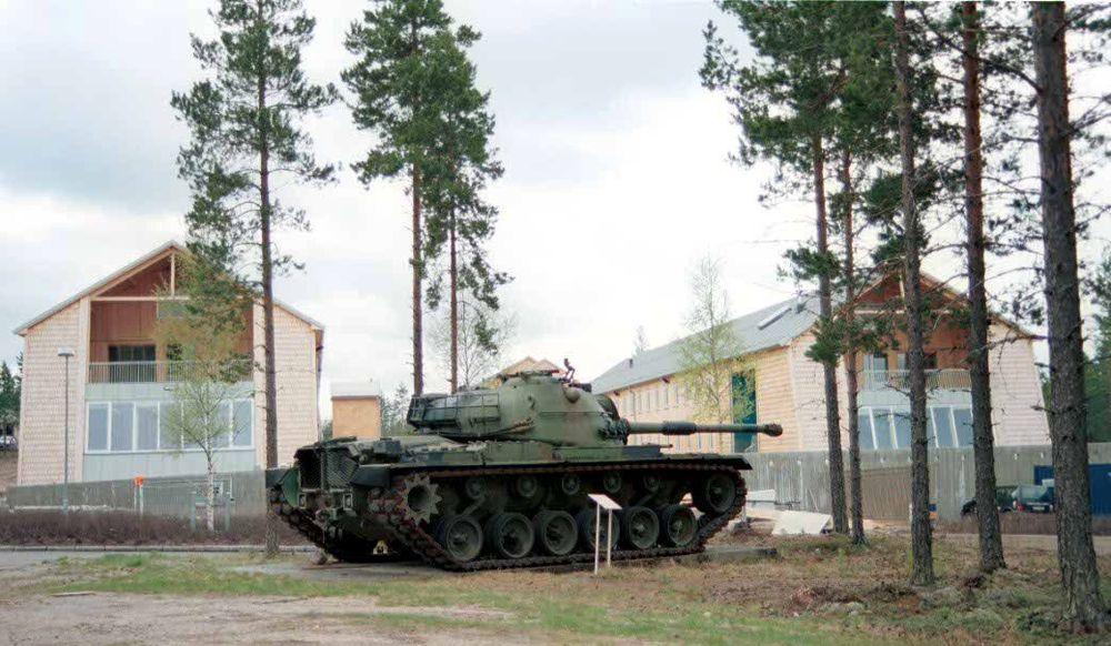 FÅ MILITÆRE ELEMENT: Rena leir er en modell for hvordan moderne militærleire skal se ut i framtida. Det er lite som minner om militæret til tross for tanksen som er plassert utenfor befalsforlegningene.