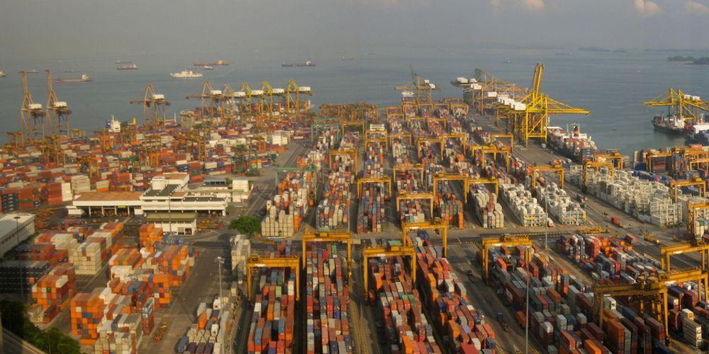 TETT: Trafikken til og fra Singapore havn er voldsom stor. Nå skal den overvåkes med norsk teknologi fra Kongsberg Norcontrol IT i Horten.