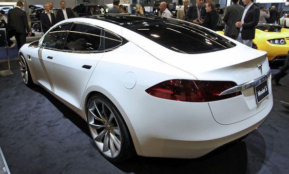 Tesla har stilt ut en showversjon av den planlagte Model S i Frankfurt. I motsetning til Roadster, som er en toseter, får Model S hele sju seter og en rekkevidde på opptil 48 mil.