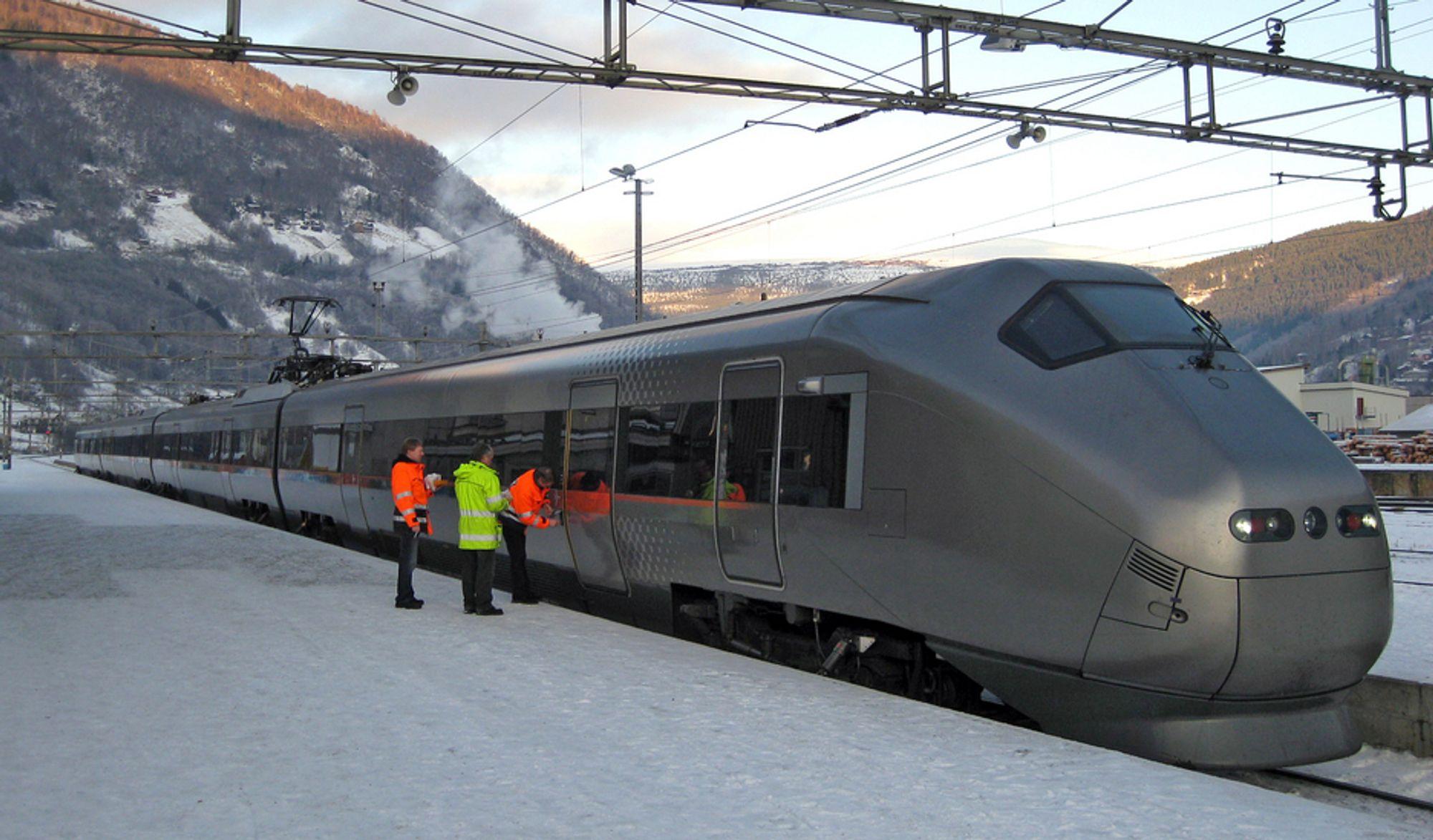 Strekningen mellom Fokkstuggu og Hjerkinn på Dovrebanen får penger til nye sviller og ny kjøreledning.