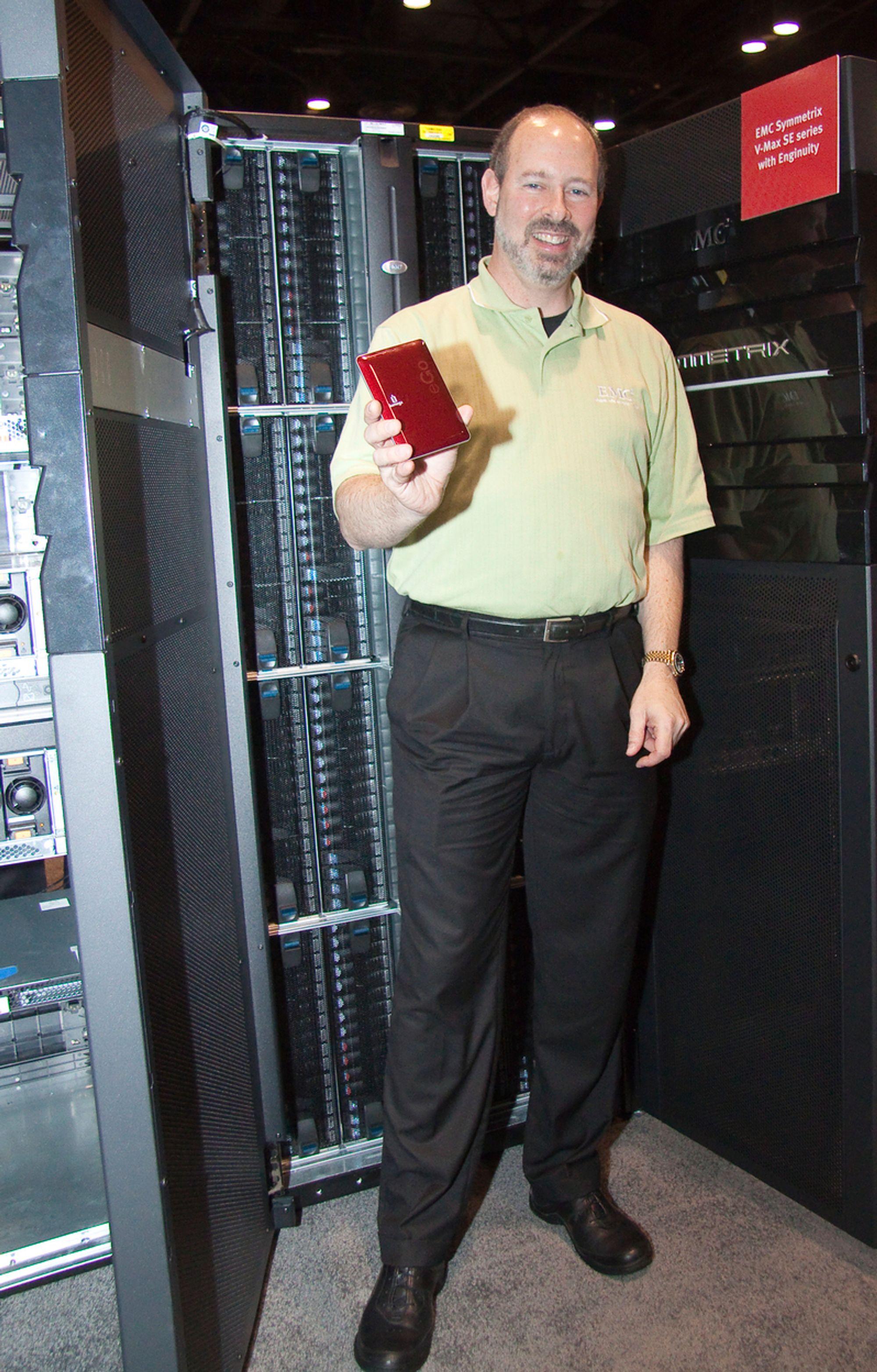 STOR OG LITEN:Teknologidirektør Ken Steinhardt i datalagringselskapet EMC foran selskapets store Symetrics lagringsskap med selskapets minste Iomega lommelager i hånden.