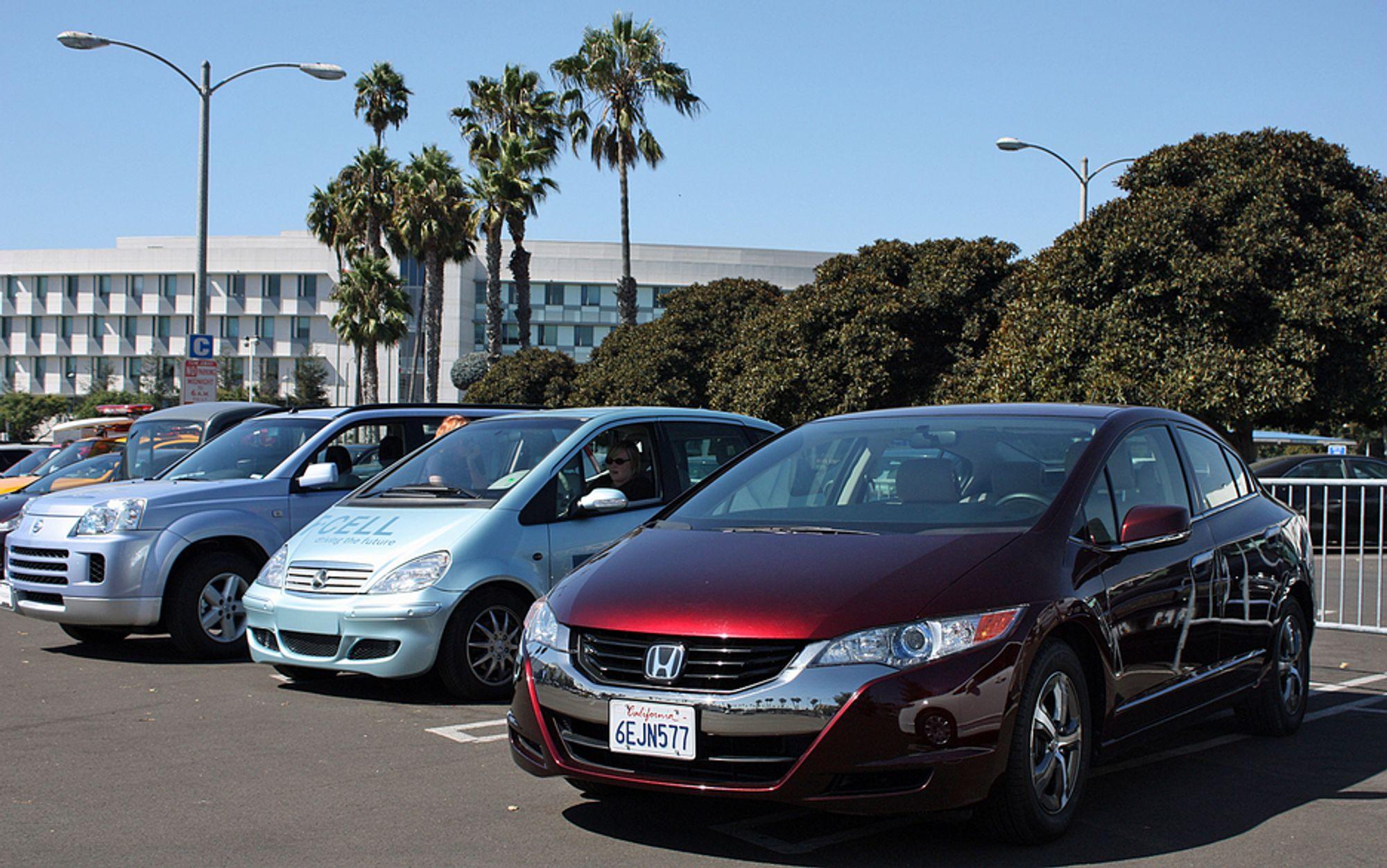 California har flere hydrogenbiler på veiene enn Norge, deriblant Honda FCX Clarity (nærmest). De to andre bilene er Daimler F-Cell (basert på A-klasse) og en ombygd Nissan X-trail.