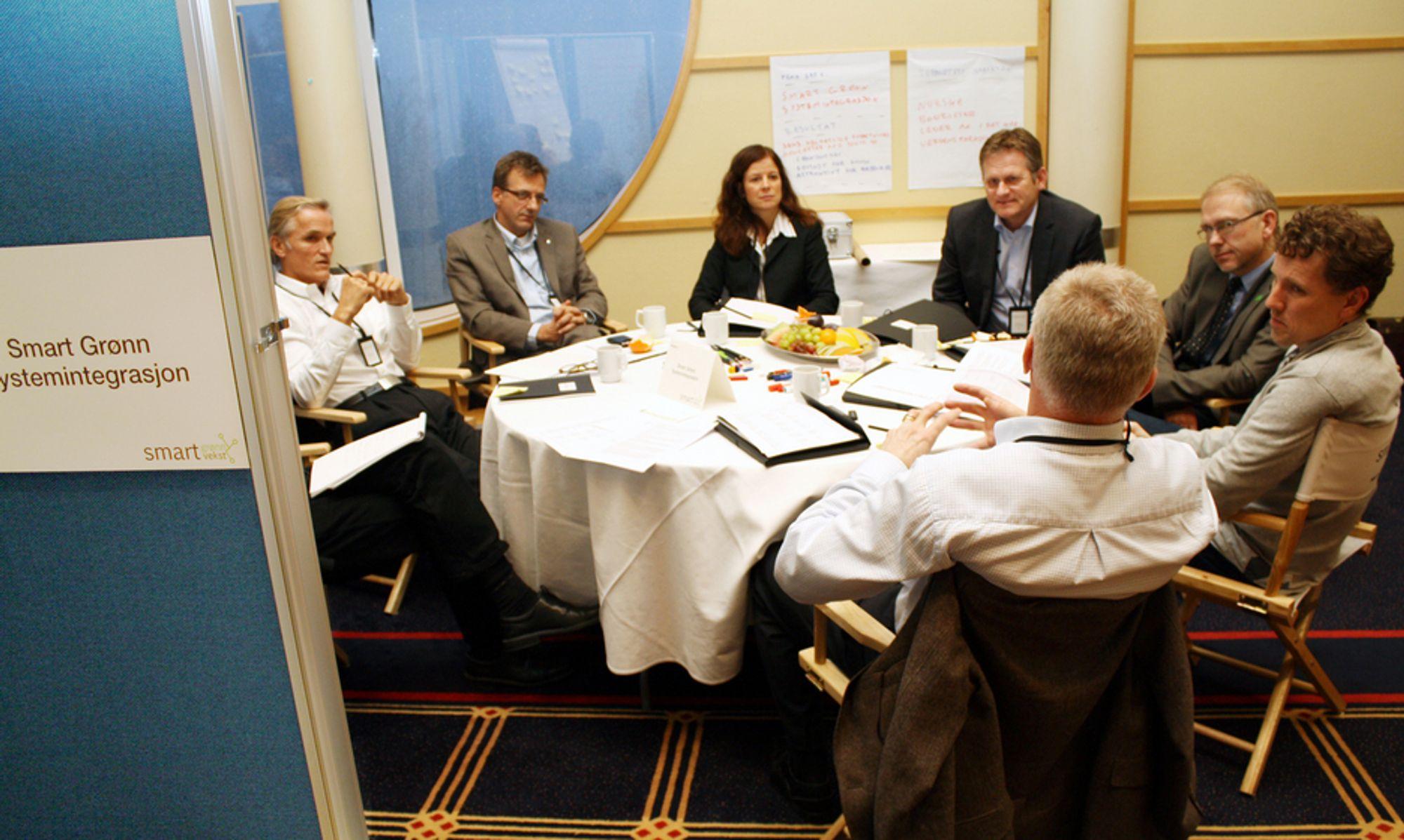 SATT I BÅS: I en kontorbås på omtrent fire ganger fire meter diskuterer Gruppe 4 (av seks) kommersielle muligheter for intelligent energistyring. Fra venstre: Wilhelm Torheim (avdelingsdirektør Miljøverndepartementet, delvis skjult), Gunnar Rydning (adm. dir. Verdane Capital), Jens Auset (adm. dir Hafslund Nett), Mailiw sørensen Grann (markedssjef Cisco), Morten Thorkildsen (adm. dir. IBM Norge), Per Egil Pedersen (rådmann Halden kommune, med ryggen til), Hans Martin vikdal (divisjonsdirektør Innovasjon Norge) og møteleder Martin Ehrensvärd.