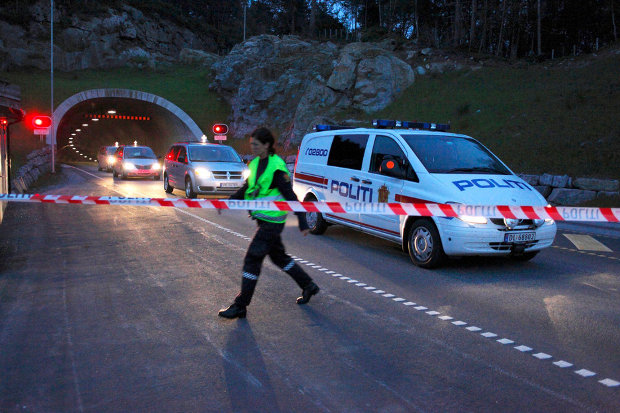 TRAGISK ULYKKE: Politiet eskorterer ut tre likbiler med omkomne fra Eiksundtunnelen natt til mandag. Fem personer omkom i ulykken søndag kveld. Fire av disse kom fra den lille øykommunen Ørsta.