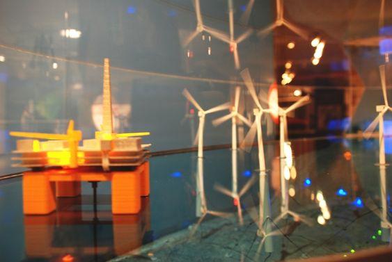 Terje Riis-Johansen legger fram havvindlova på Teknisk Museum 26 juni 2009. Her en modell av havvindmøller fra StatoilHydro.