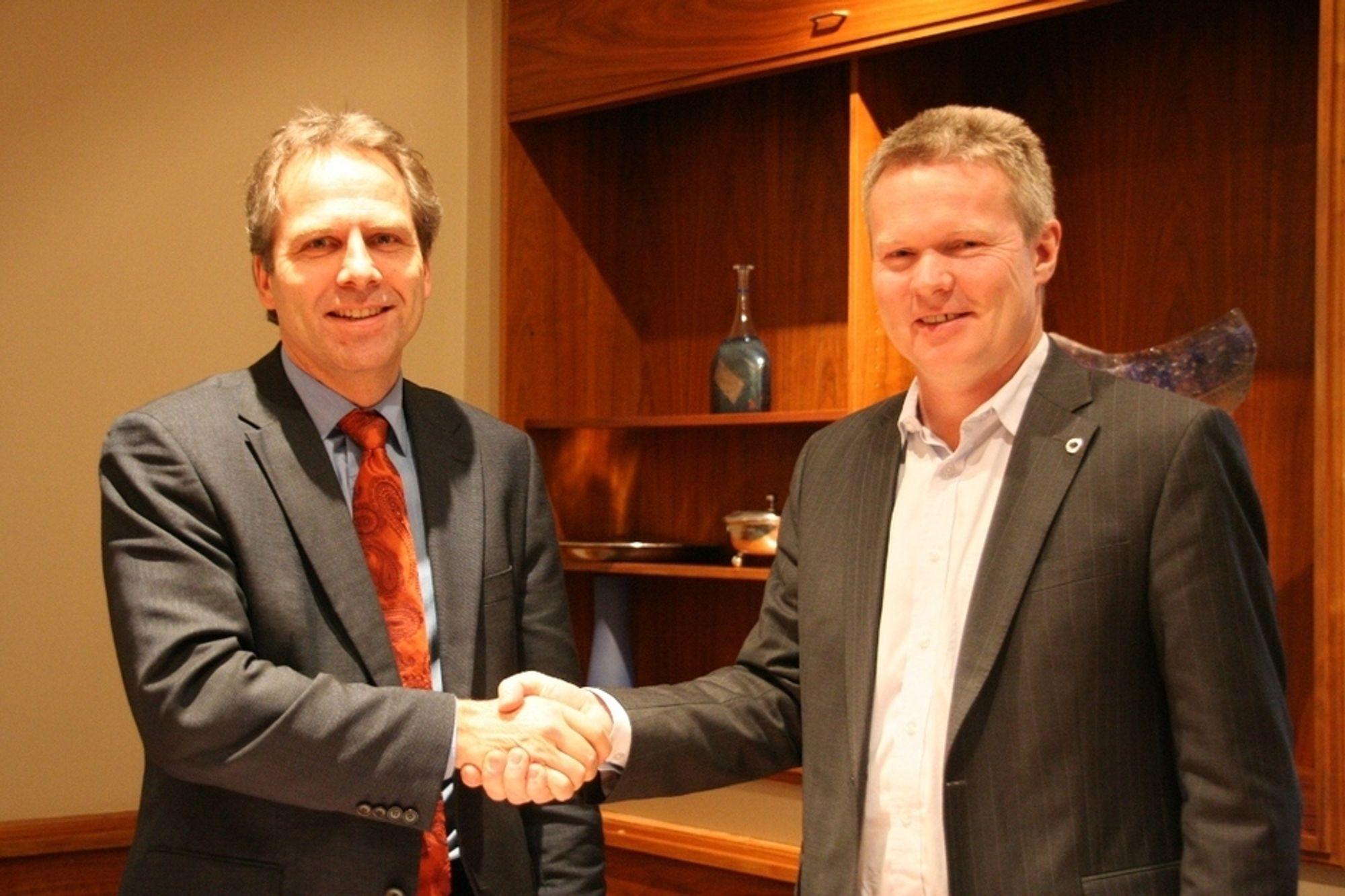 Karl Gunnar Opdal i Edda Media og Terje Mjøs i ErgoGroup er enige om at sistnevnte skal overta driften av IT-tjenestene i Edda Media.