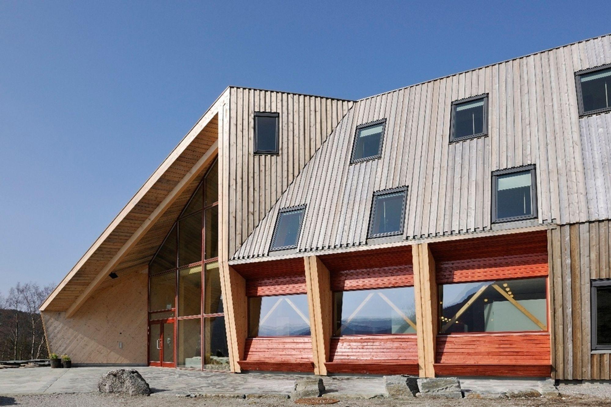 PRISBELØNT: Preikestolhytta er ført opp i maassivtre fra Holz100, uten spiker, lim eller plast. Hytta fikk Statens Byggeskikkpris for 2009