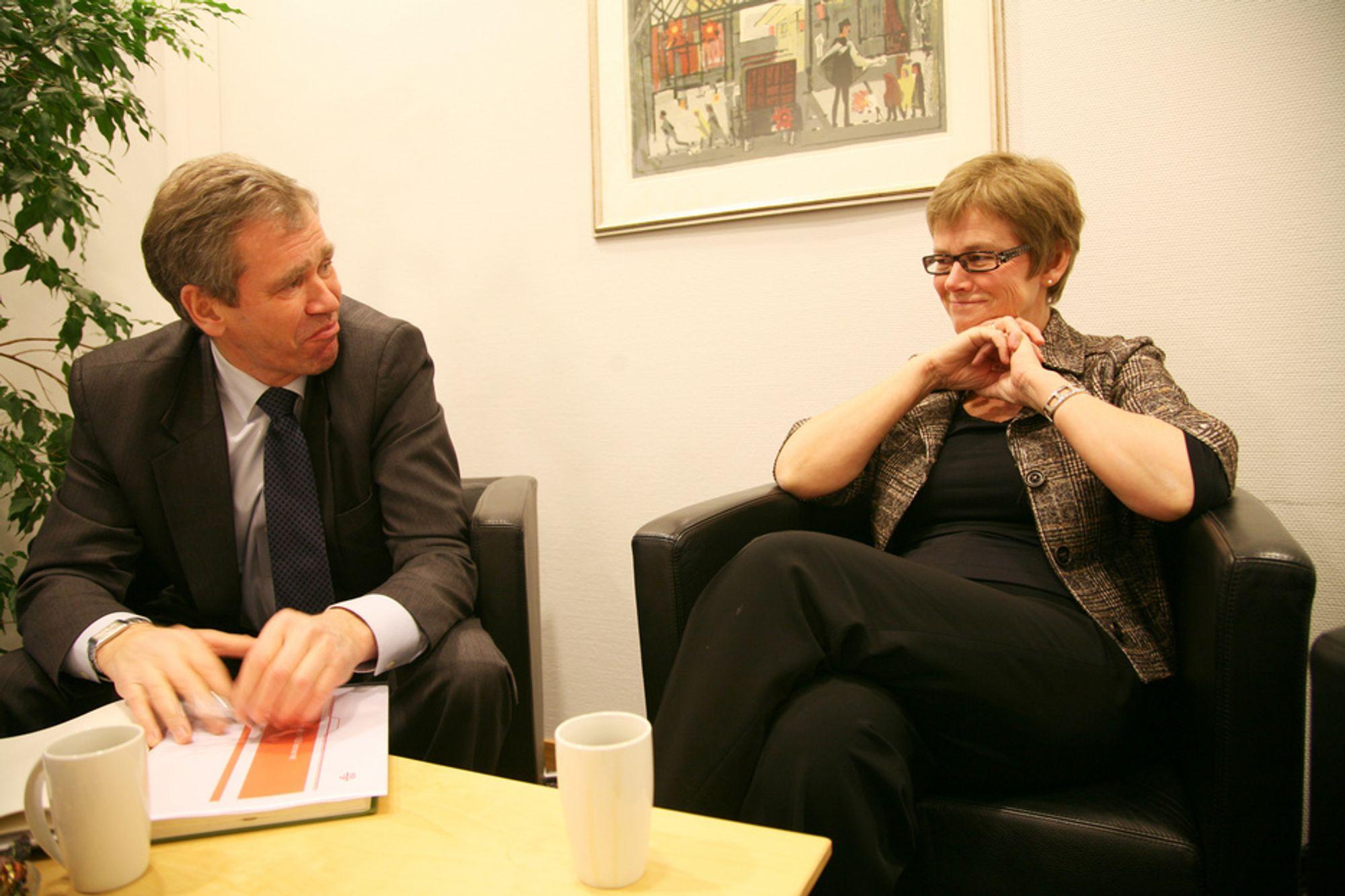 PLANLEGGE: Jernbanedirektør Elisabeth Enger har fått mer midler, og må planlegge hvor nye vedlikeholdsmidler skal settes inn. Her med NSB-sjef Einar Enger.