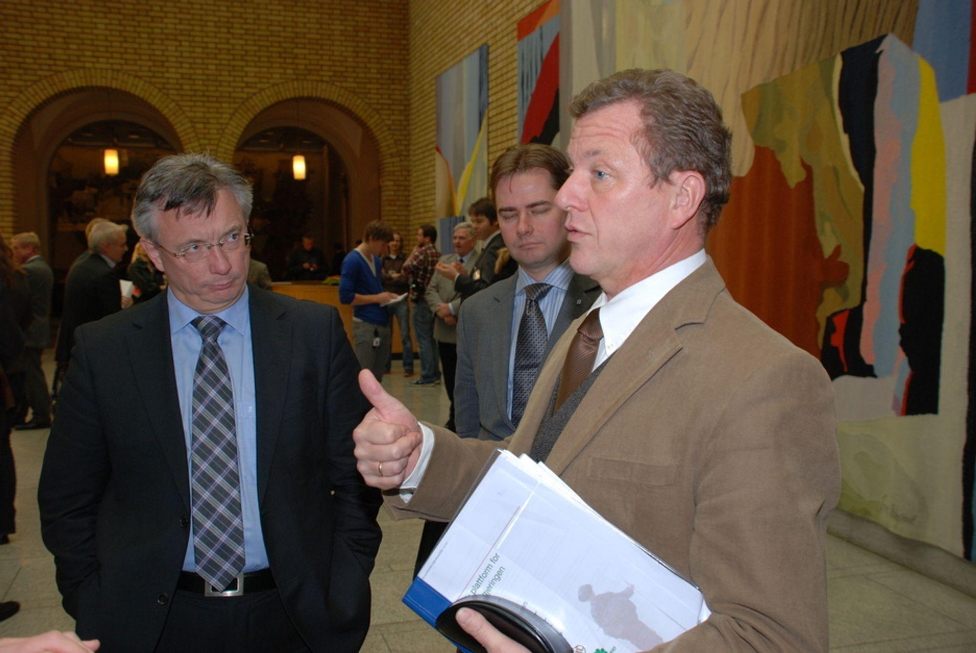 DRØFTELSER: NHO-sjef John G. Bernander og stabssjef ved statsministerens kontor Karl Eirik Schjøtt-Pedersen (i bakgrunnen) i vandrehallen under framleggelsen av statsbudsjettet for 2010. Bernander frykter for eksportindustrien.