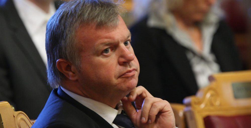 Arbeids- og inkluderingsminister Bjarne Håkon Hanssen skal følge opp undersøkelsen som viser økt kreftrisiko for offshoreansatte.