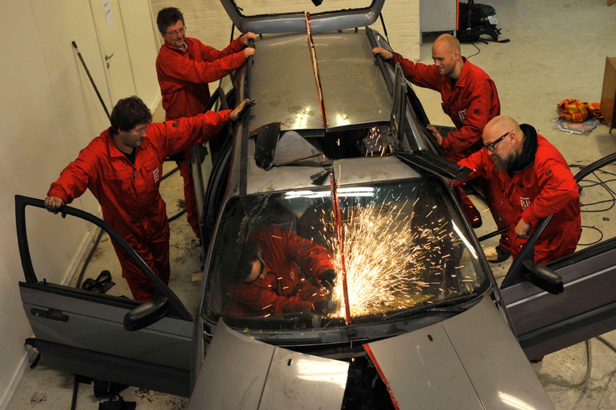 Bilpatologene dissekerer en bil for Bellona.