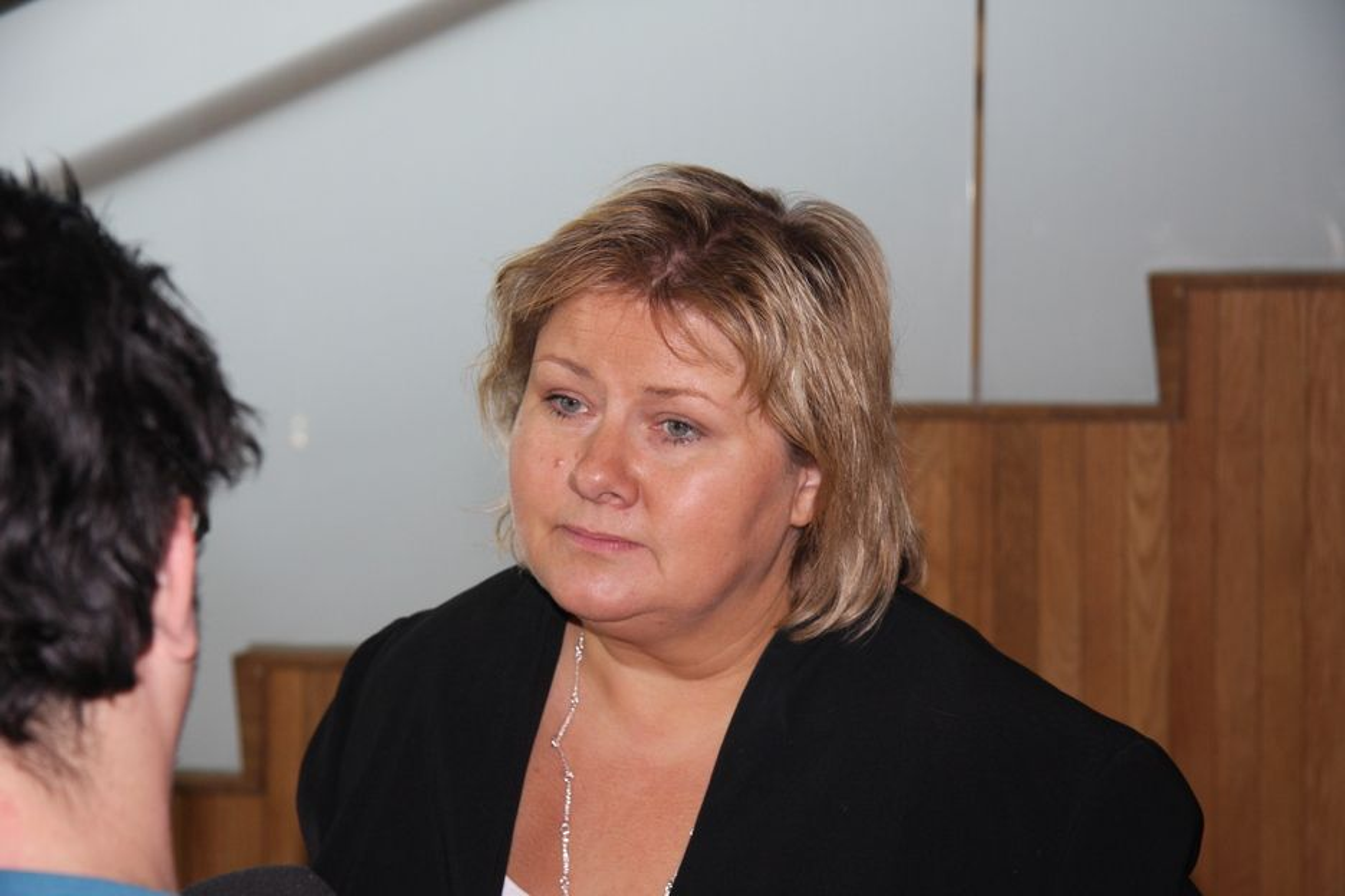 Høyre-leder Erna Solberg mener det er viktig å komme ut av krisen med bedre konkurranseevne, og særlig eksportnæringen må løftes.