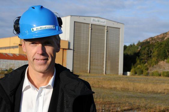 TRIST: Lars Frode Askheim i BioWood Norway AS  er selv skogeier og hadde gjerne sett at det hadde vært mulig å basere produksjonen på norsk tømmer.
