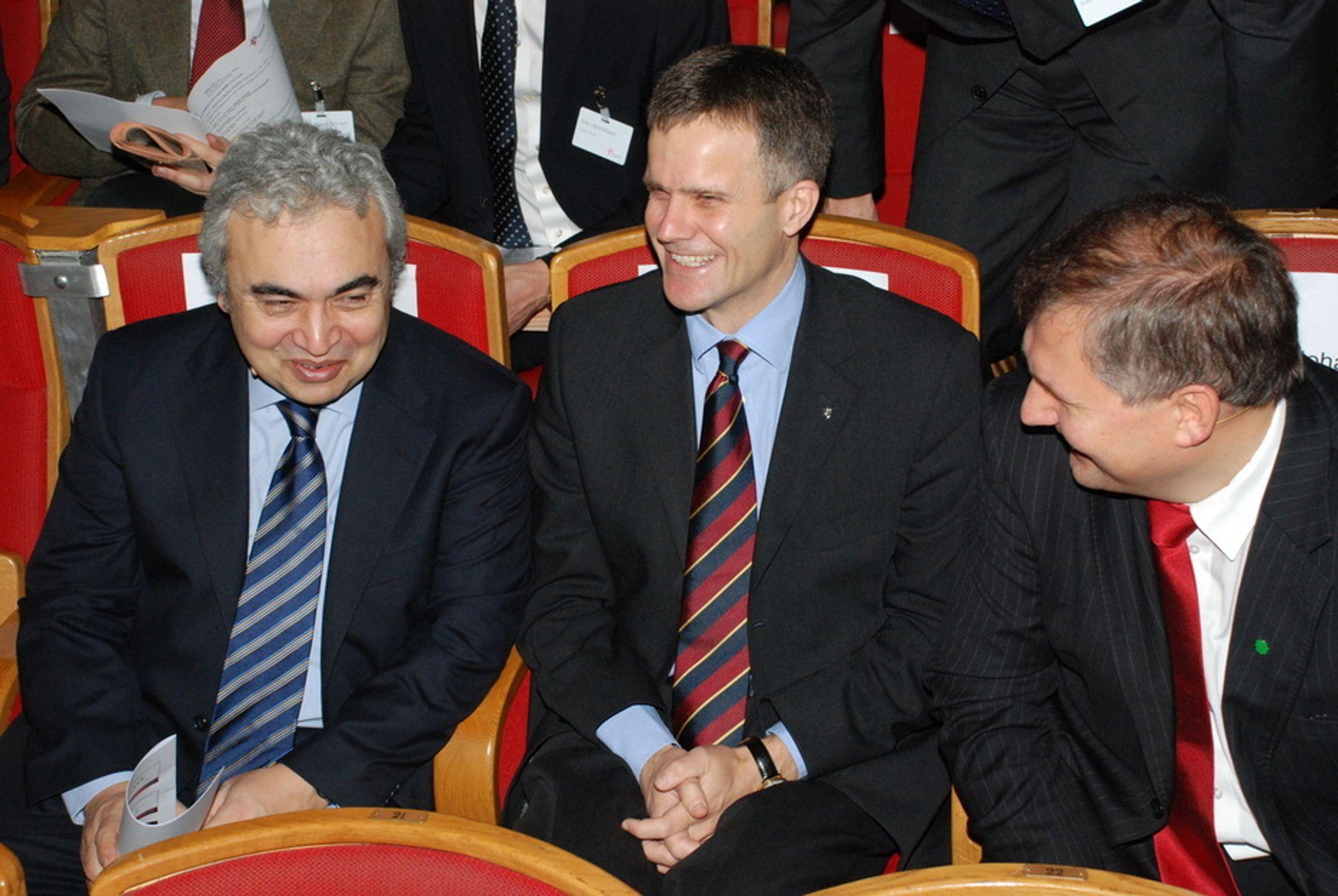 TRUER OPPGANGEN: IEAs sjeføkonom Fatih Birol (t.v.) mener OECD-landenes oppgang etter finanskrisen er truet. OECD-landene betaler nå 30 prosent mer for oljen sin enn de gjorde for ett år siden. Her er Birol sammen med Statoil-sjef Helge Lund og oljeminister Terje Riis-Johansen.