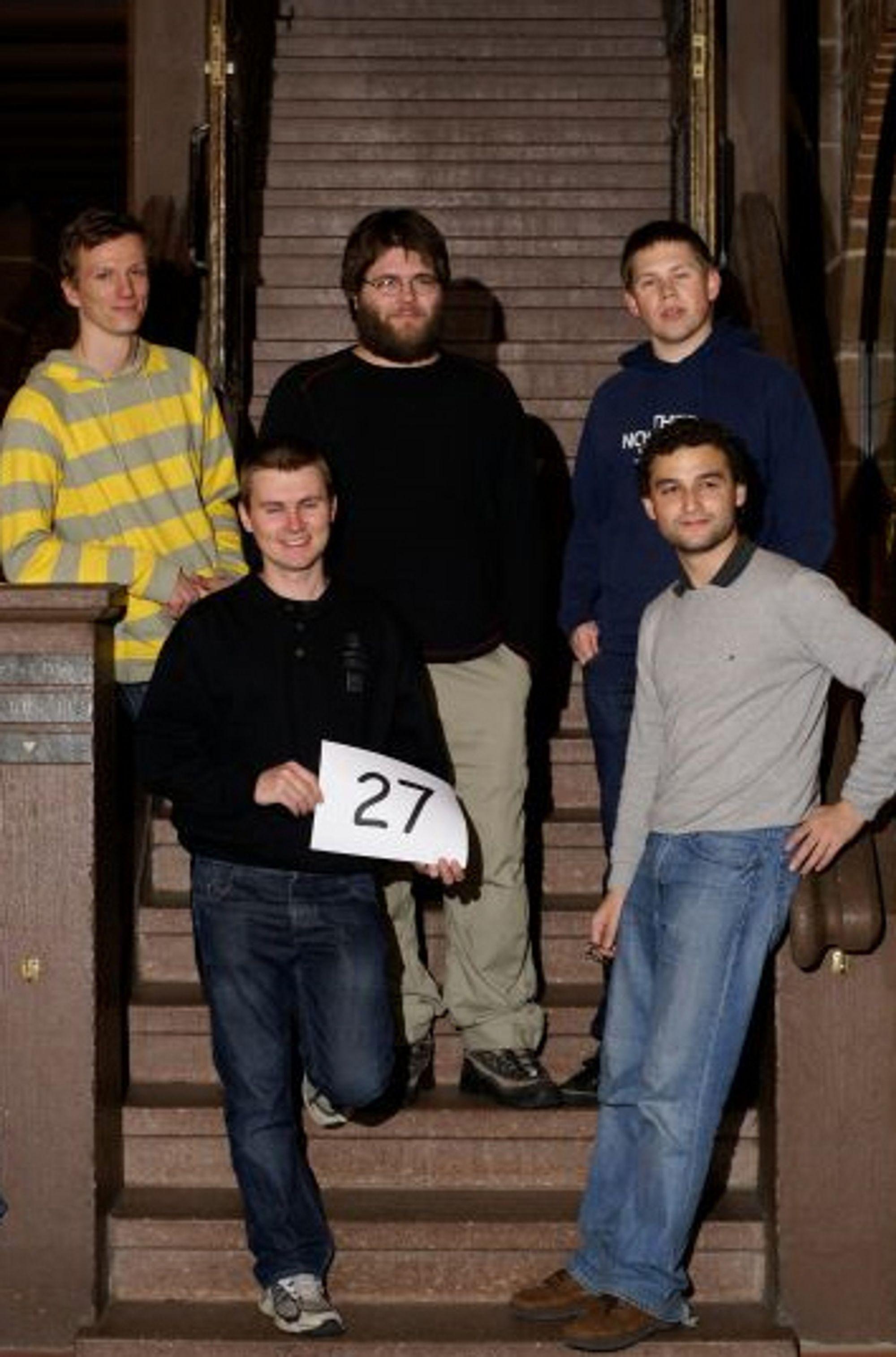 VM i programmering: UIB-laget besto av informatikkstudentene Robert Sasak (bak til venstre), Yngve Ådlandsvik og Torbjørn Tessem. Foran fra venstre står laglederne Martin Vatshelle og Daniel Lokshtanov.