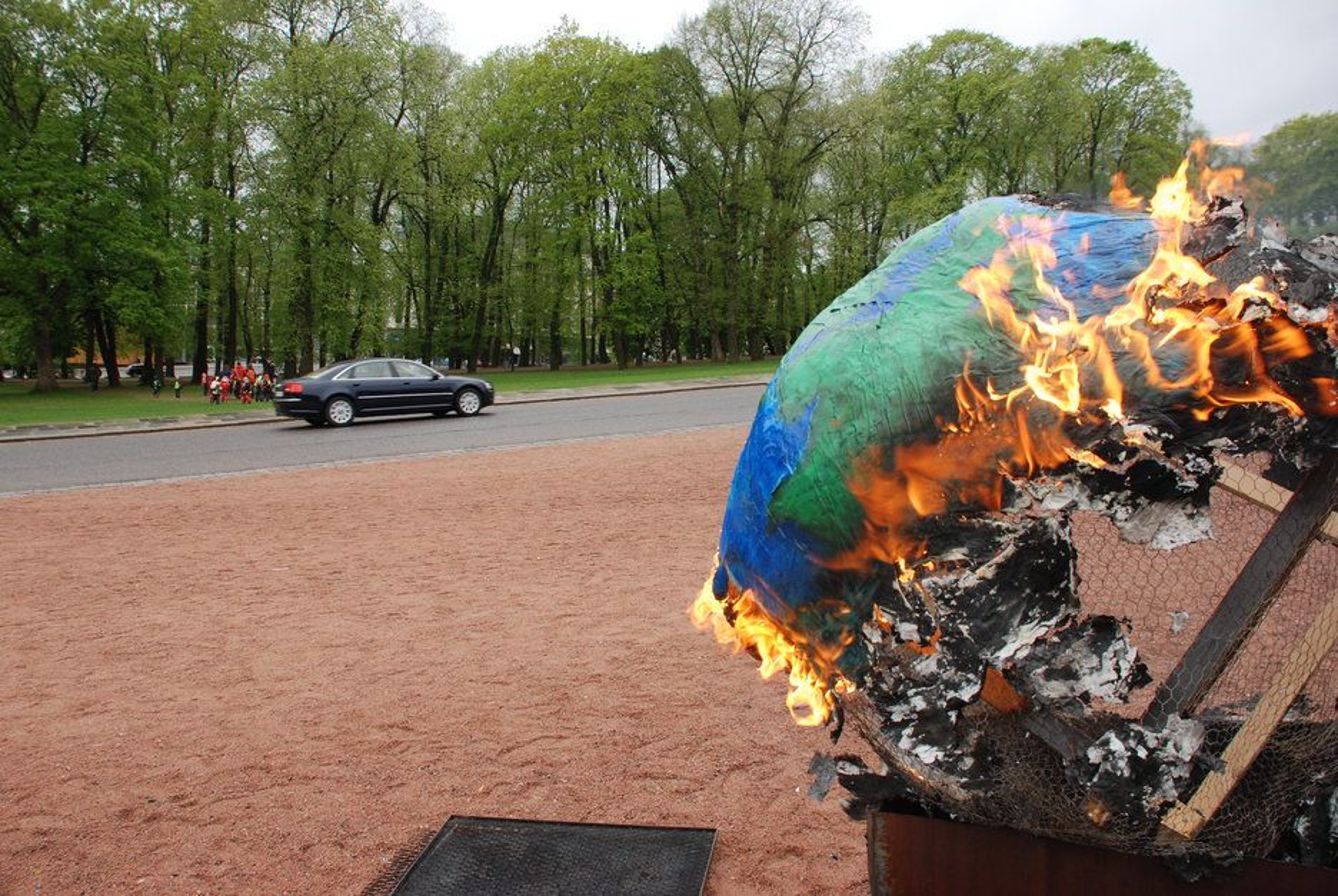 MAI 2009: Demonstranter brenner en klode mens regjeringsbilene er på vei til statsråd hvor utbyggingen av Goliat-feltet i Barentshavet vedtas. Hvis togradersmålet legges til grunn, vil det neppe bli mer oljeutvinning i nord, mener konsulent Haakon Vennemo.