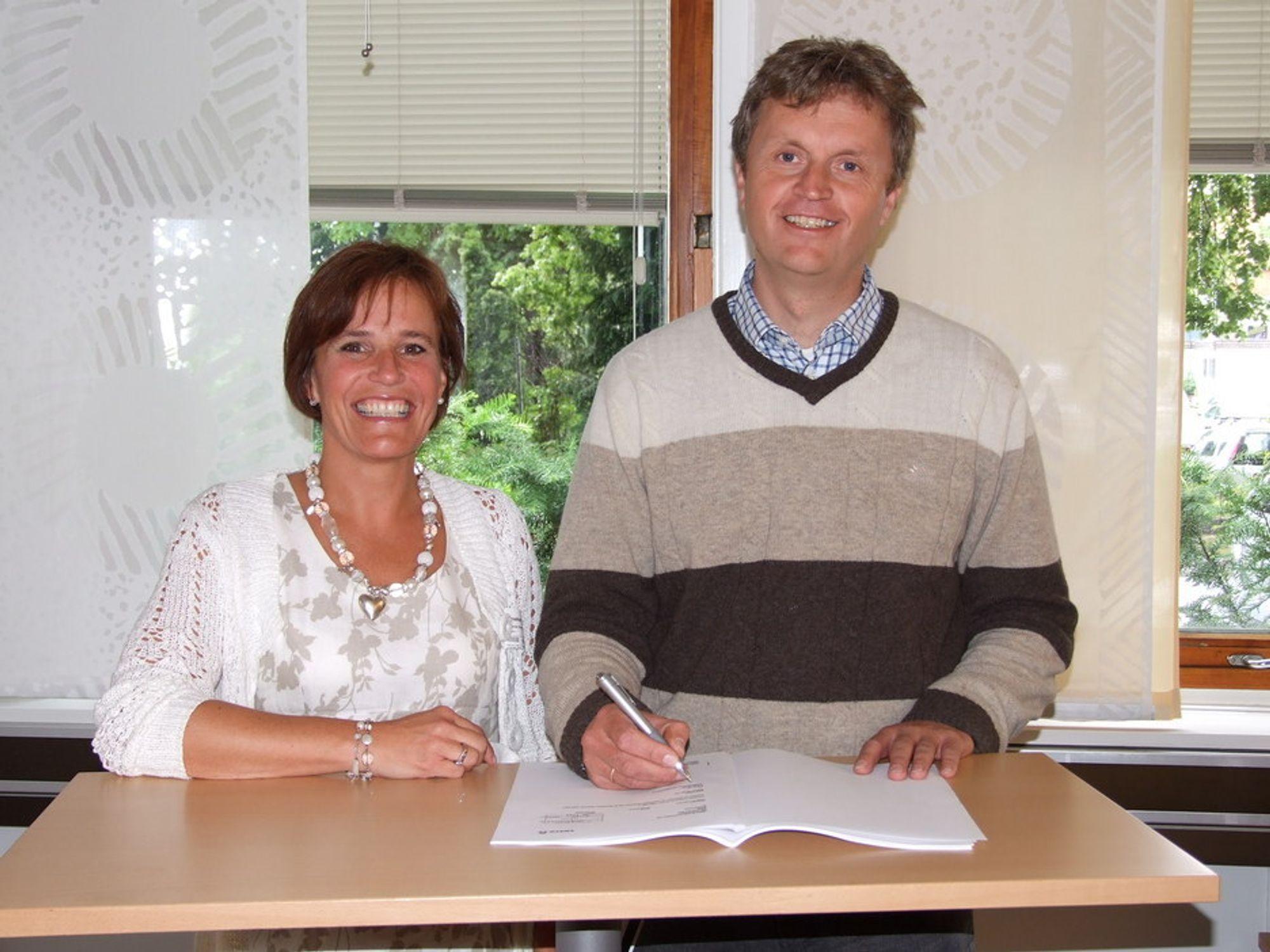 Avtale: Vibecke Hverven, administrerende direktør i Sweco Norge, og Ole Theodor Dønnestad, konserndirektør Energi, undertegnet avtalen om konsulenttjenester i Ivelandsprosjektet