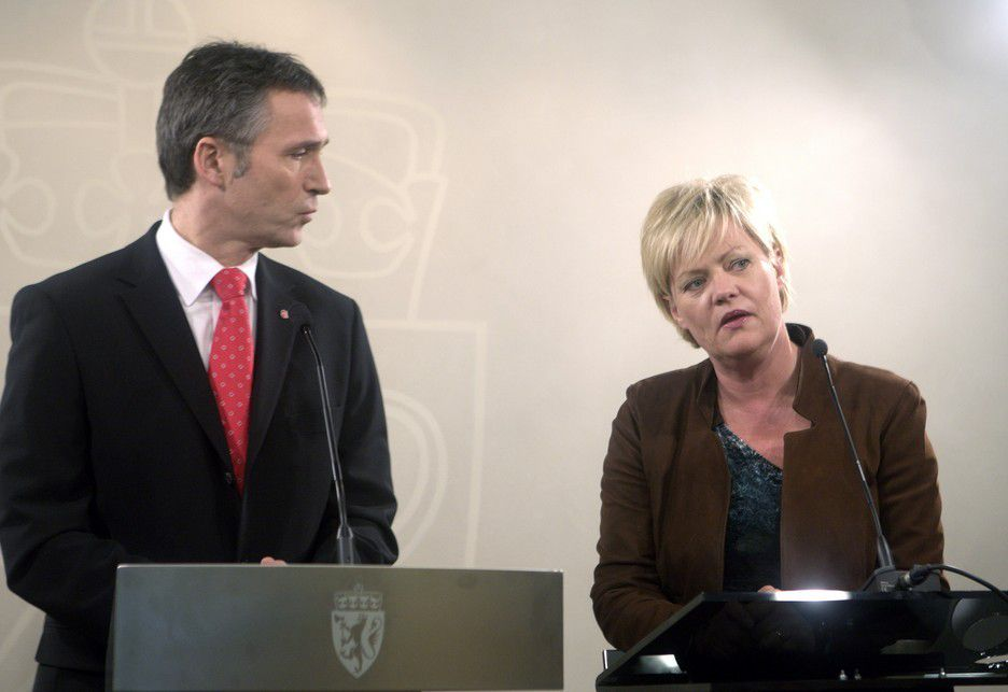 Både statsminister Jens Stoltenberg og finansminister Kristin Halvorsen reagerer på Eivind Reitens etterlønnsavtale.