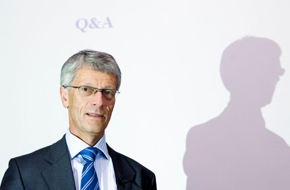 Olav Volldal i Kongsberg Automotive må presentere et regnskap med inntekter som er nær halvert i første halvår.