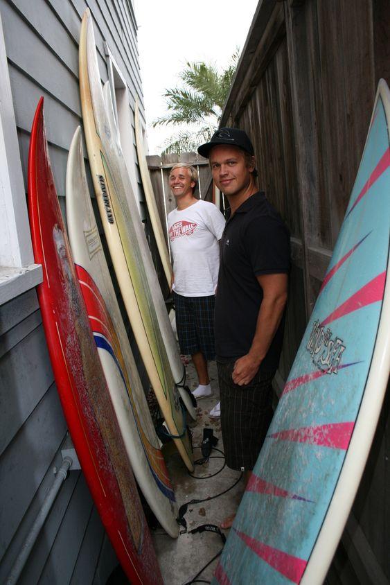 SURFER PÅ GOD DOLLAR: Seks surfebrett står parkert i bakgården til Andreas Strøm og Terje Jacobsen (bak).