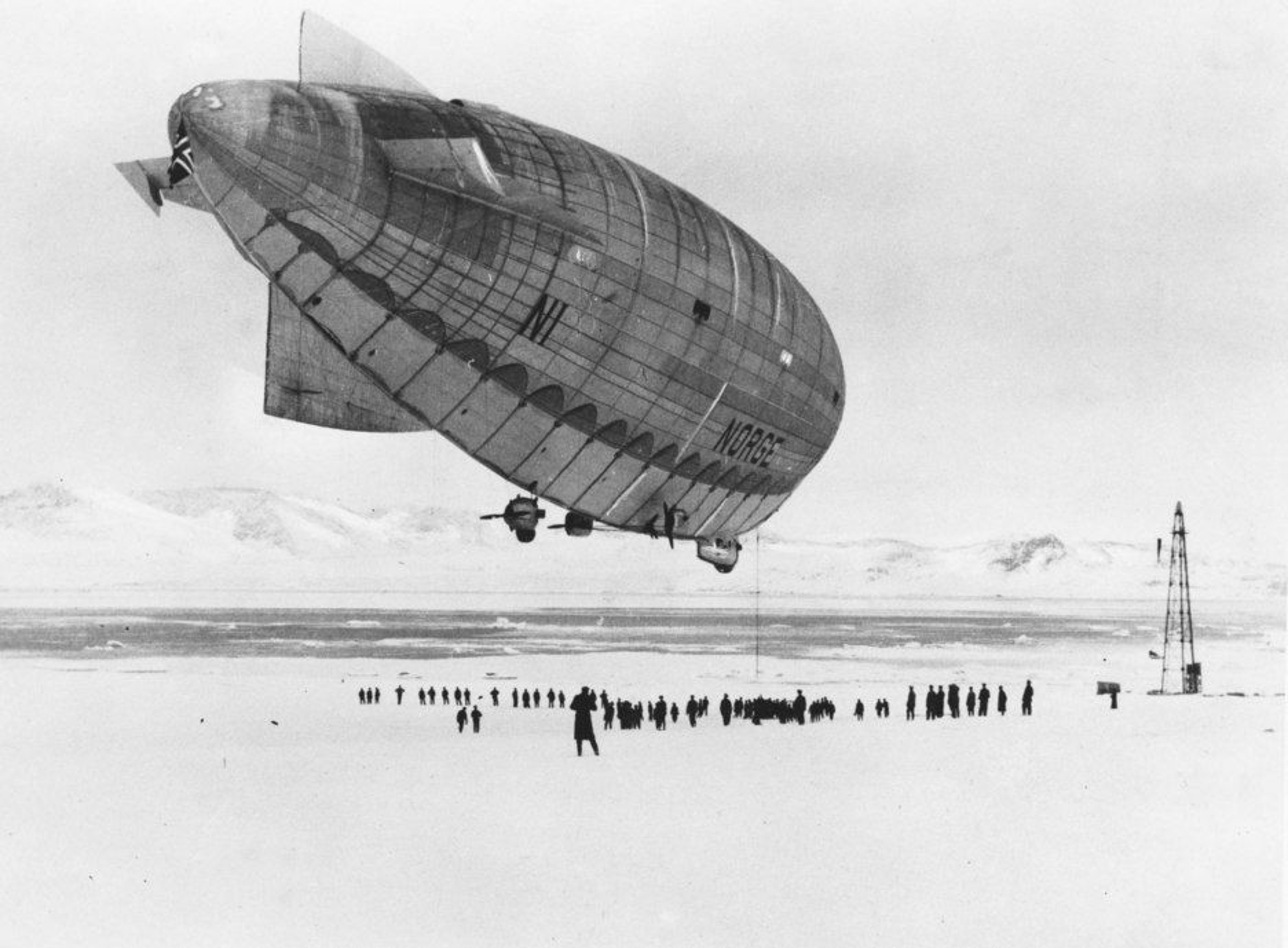 """LANG HISTORIE: Her drar Roald Amundsen og Ellsworth ut på nordpolferd med luftskipet """"Norge"""" i 1926. Nå ser svensk bygningsindustri på bruk av luftskip som løfteredskap."""