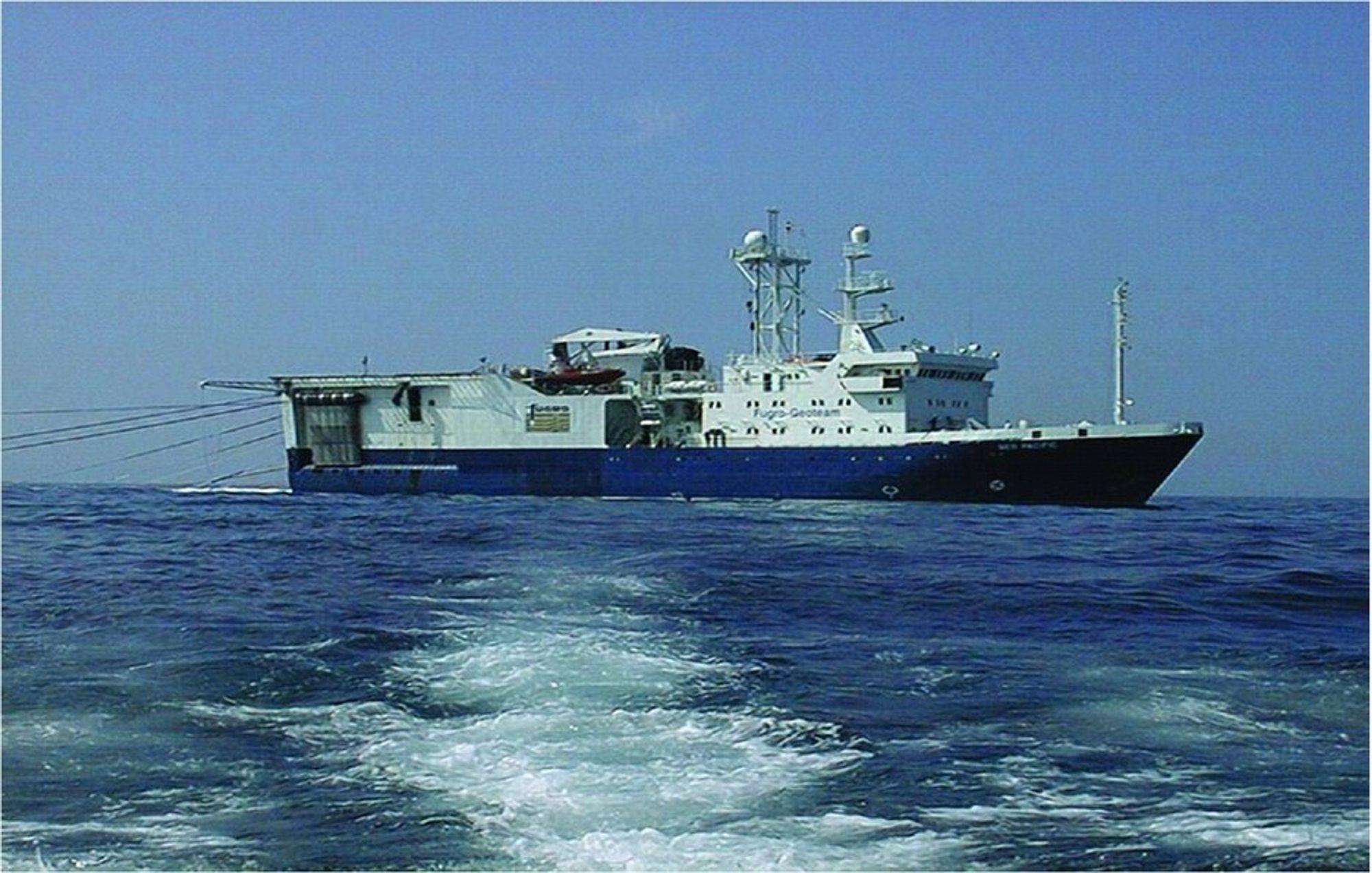 SKYTER: Med flere kilometer lange kabler hengende etter skipet skyter Geo Pacific lydbølger ned i havet og registrerer seismiske data om havbunnen. Nå er innsamlingen i gang, men både Bellona, AUF og fiskere ønsker å stoppe innsamlingen.