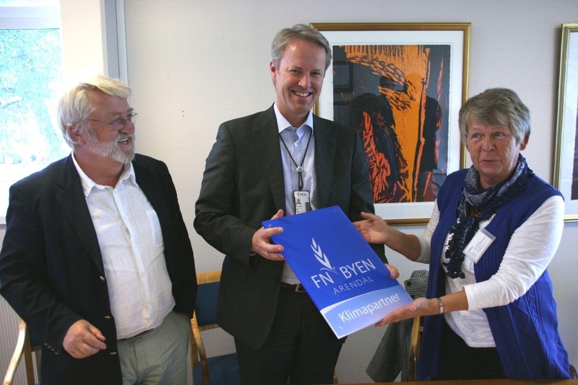 BLIR KLIMAPARTNER: Her blir selskapet Kitron partner i klimaklyngen i Aust-Agder, som ønsker å forberede bedriftene på lavutslippssamfunnet. Fra venstre Svein Tveitdal i GRID Arendal, adm.dir. Dag Songedal i Kitron og fylkesordfører Laila Øygarden.