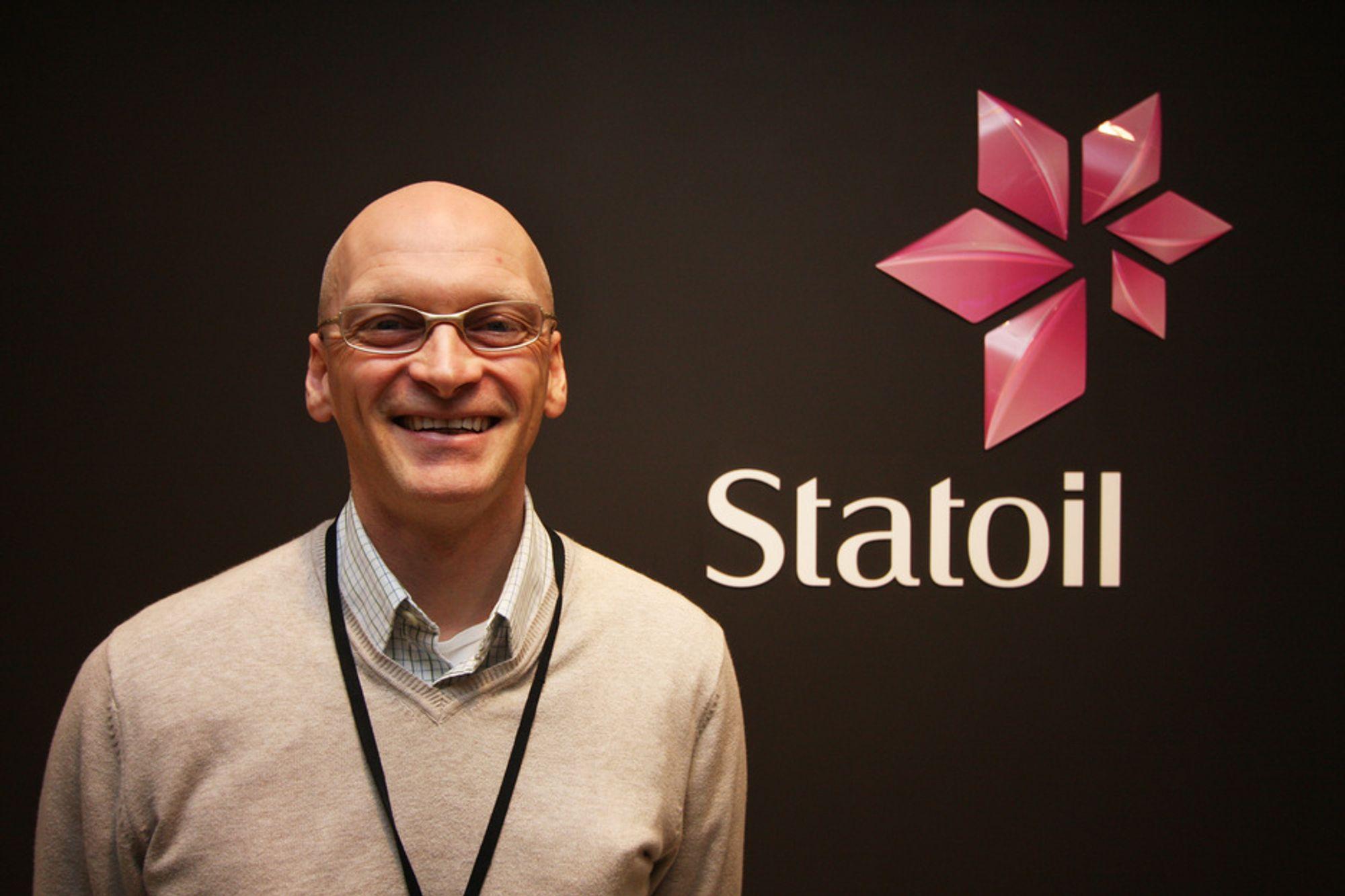 IKKE ROSA: Markedsdirektør Kjetil Undhjem mener Statoils nye magentafargede logo ikke er feminin på svart bakgrunn.