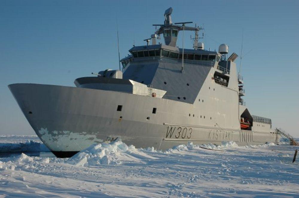 TEST: Kystvaktskipet Svalbard har brukt og prøvd ut utstyret for å se is og sjekke hvordan is påvirker skroget.