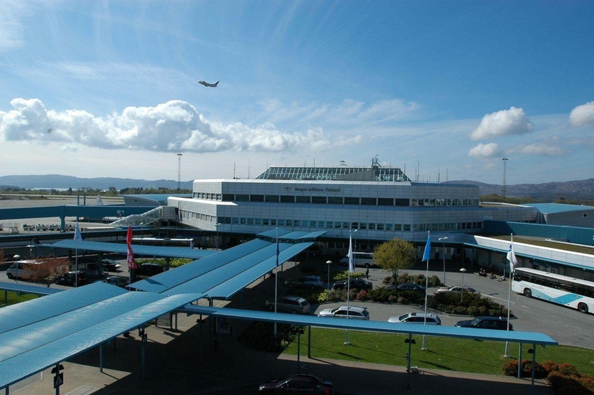 SPRENGT: I fjor reiste 4,8 millioner passasjerer til og fra Bergen lufthavn Flesland. Terminalen er bygget for kun 2 millioner passasjerer, men i første omgang er det forbedret flykapasitet som prioriteres i utbyggingen.