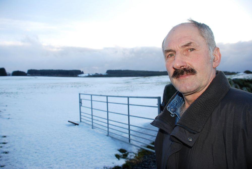 Horisonten bak jærenbonde Jan Bredo Våland skal kles med vindturbiner. - Ødeleggende for jærenlandskapet, mener Våland.