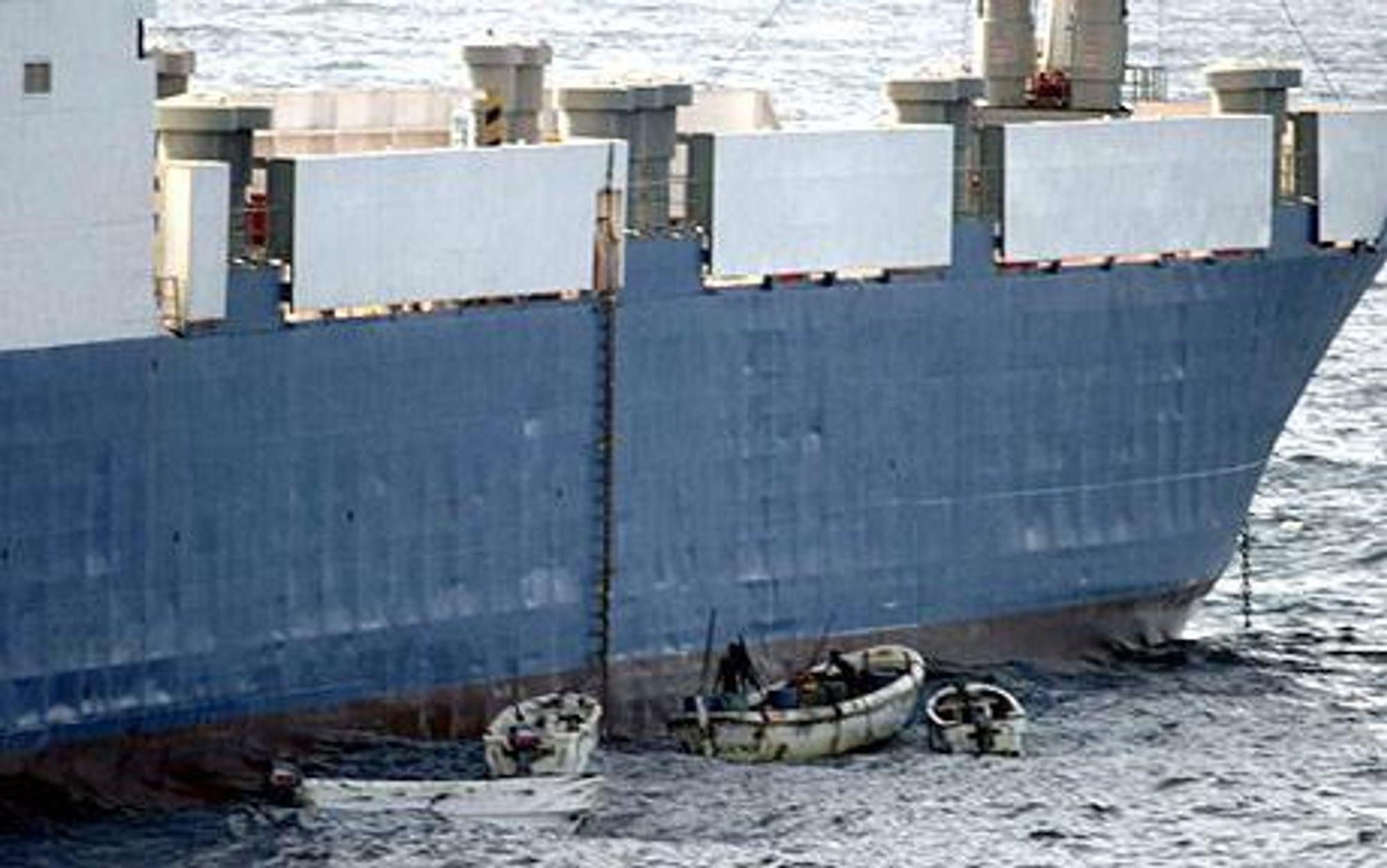 Pirater border et skip utenfor Somalia i fjor.