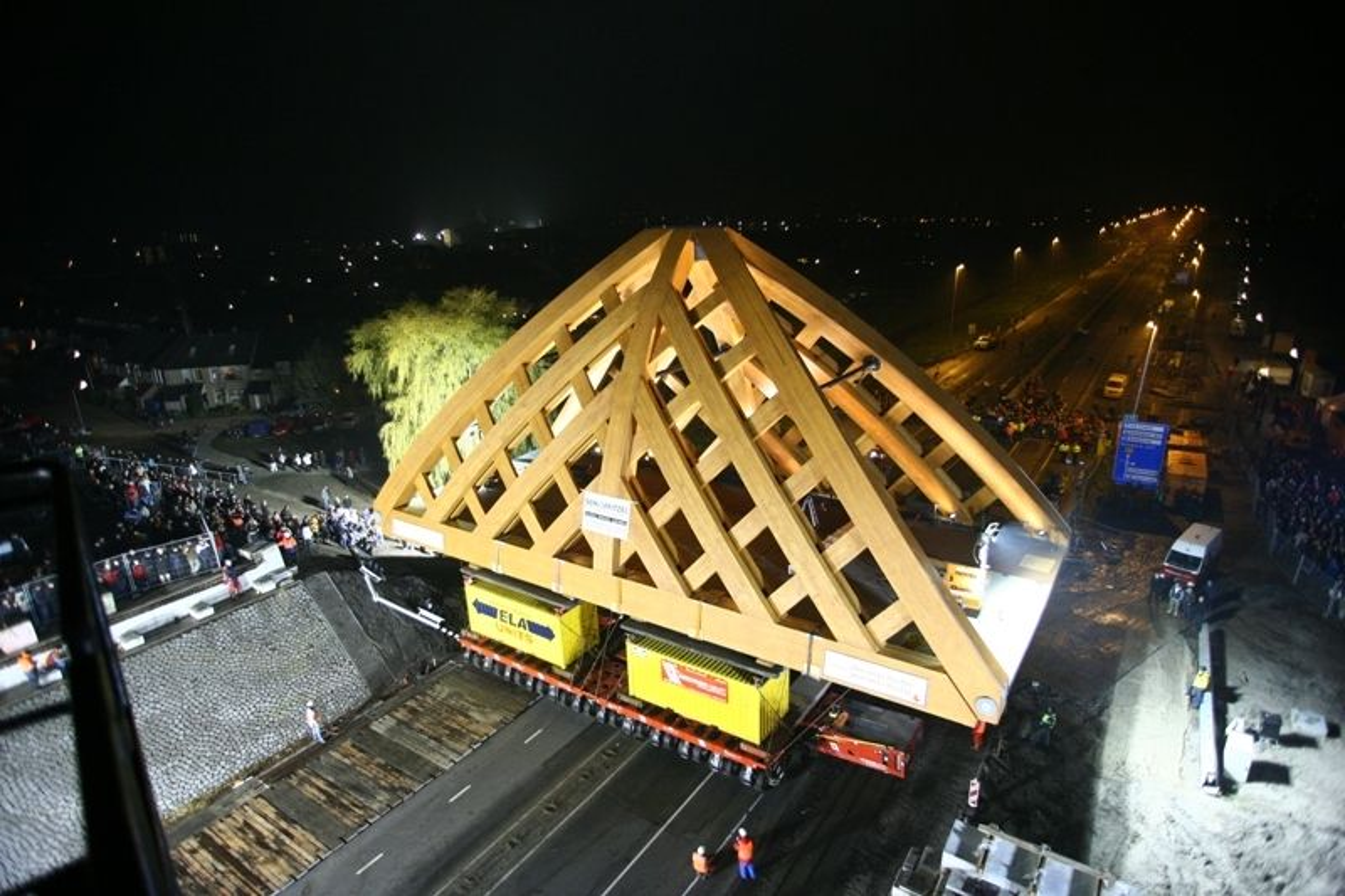 100 tonn, skal den tåle, trebroen i Sneek i Nederland. Treet kommer fra Titan Wood.