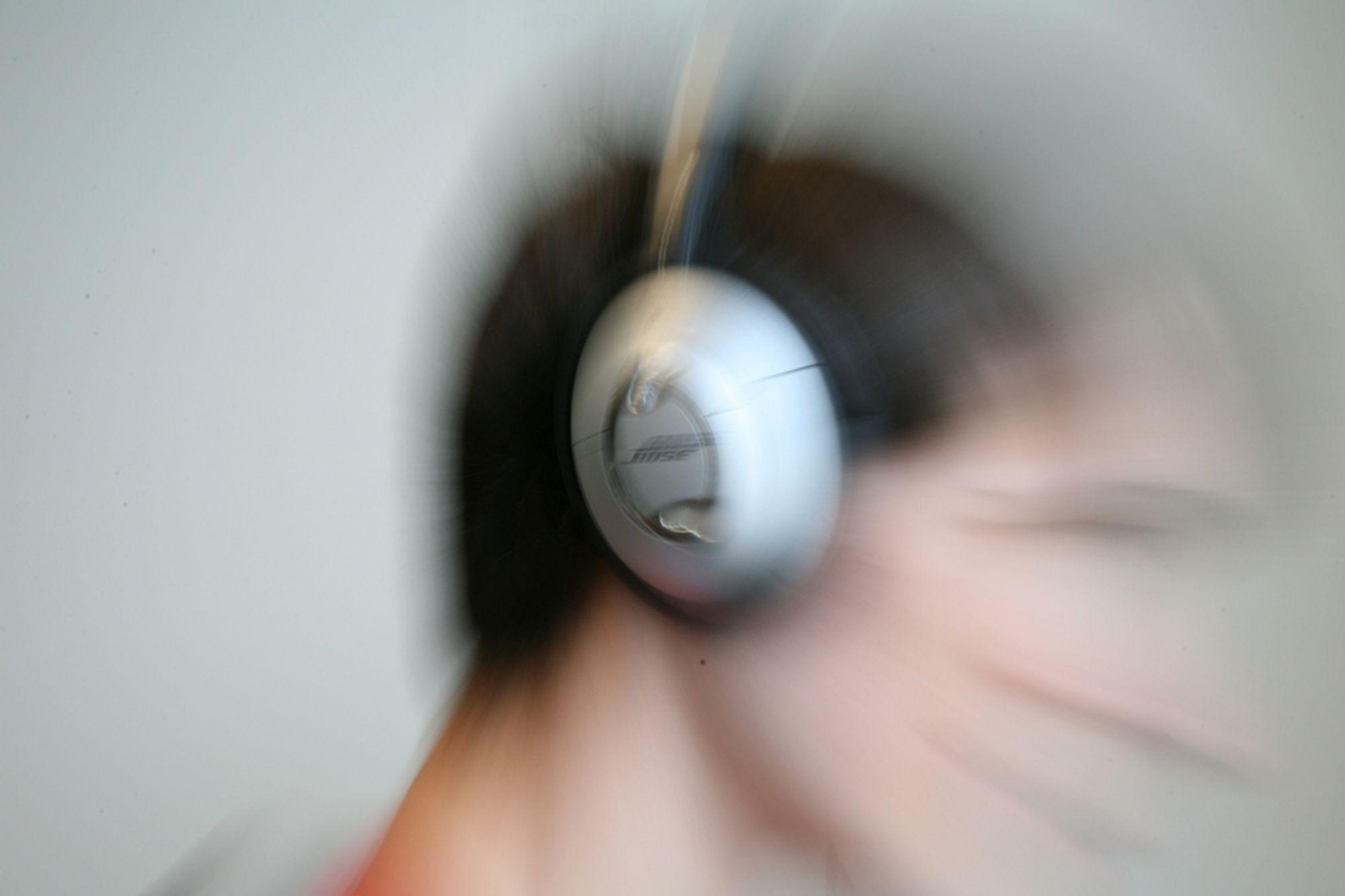Høy lyd fra hodetelefoner kan gi varige hørselsskader. 10 millioner europeere står i fare, mener EU.