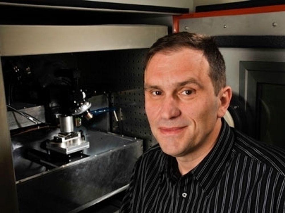 NYTT: MIT-professor Franz-Josef Ulm er blant forskerne som har avdekket årsaken til at betong deformeres: Nanopartikler av kalsiumsilikathydrat i betongblandingen blir rystet rundt når betongen utsettes for vann.